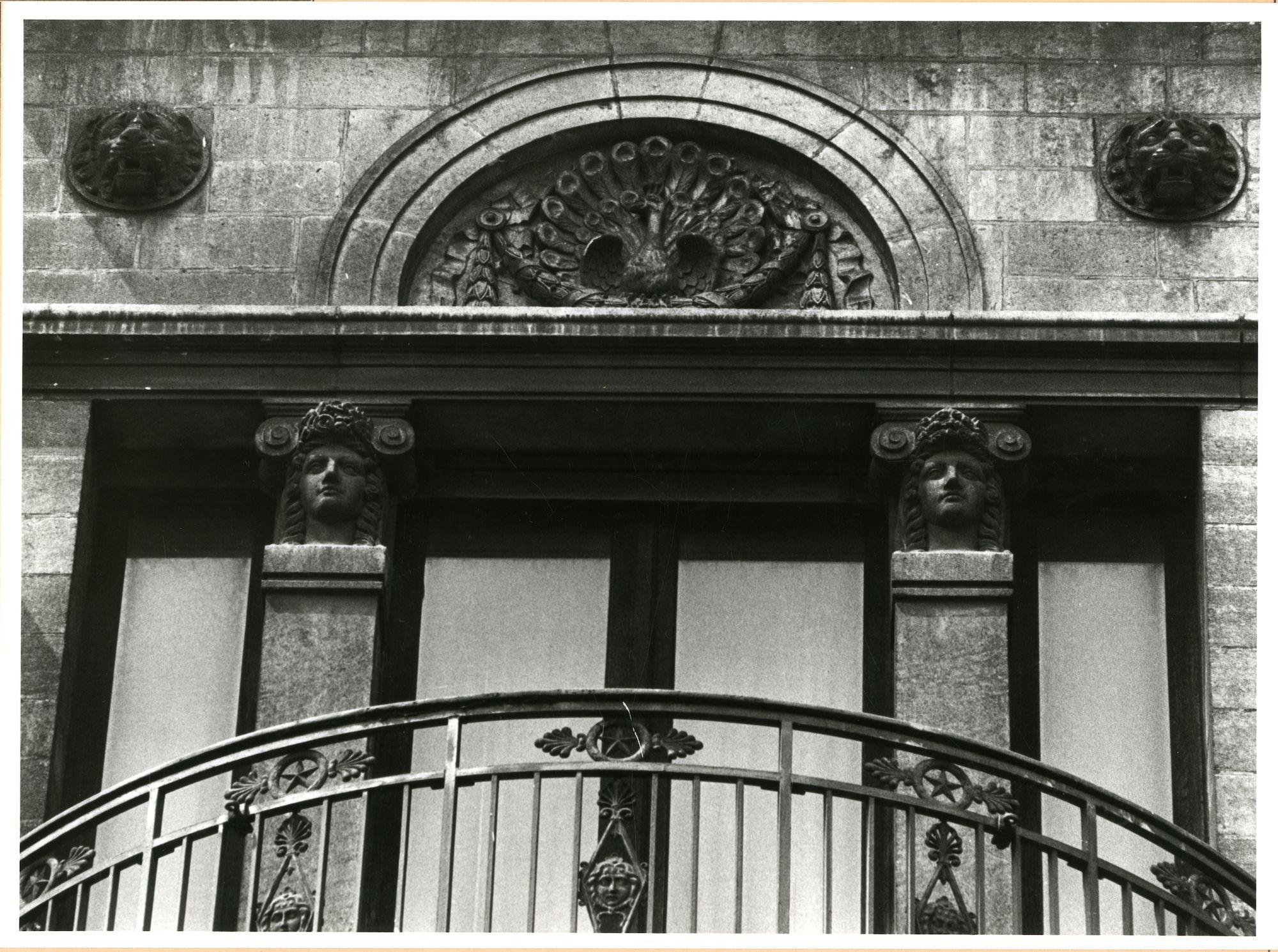 Gent: Belfortstraat 29: reliëf: pauw, 1980