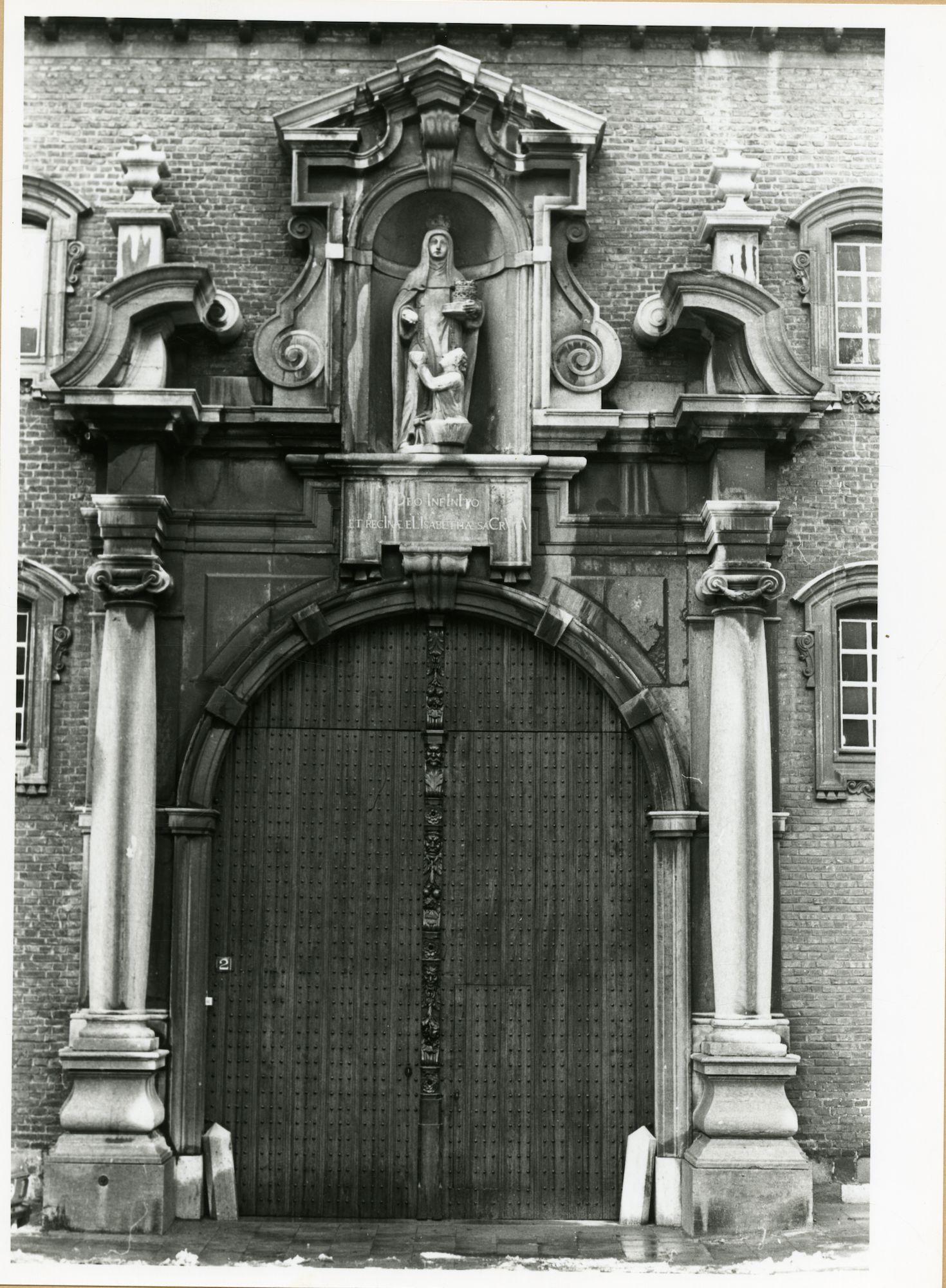 Gent: Godshuizenlaan 2: Bijlokemuseum: gevelbeeld: Heilige Elisabeth Van Thuringen