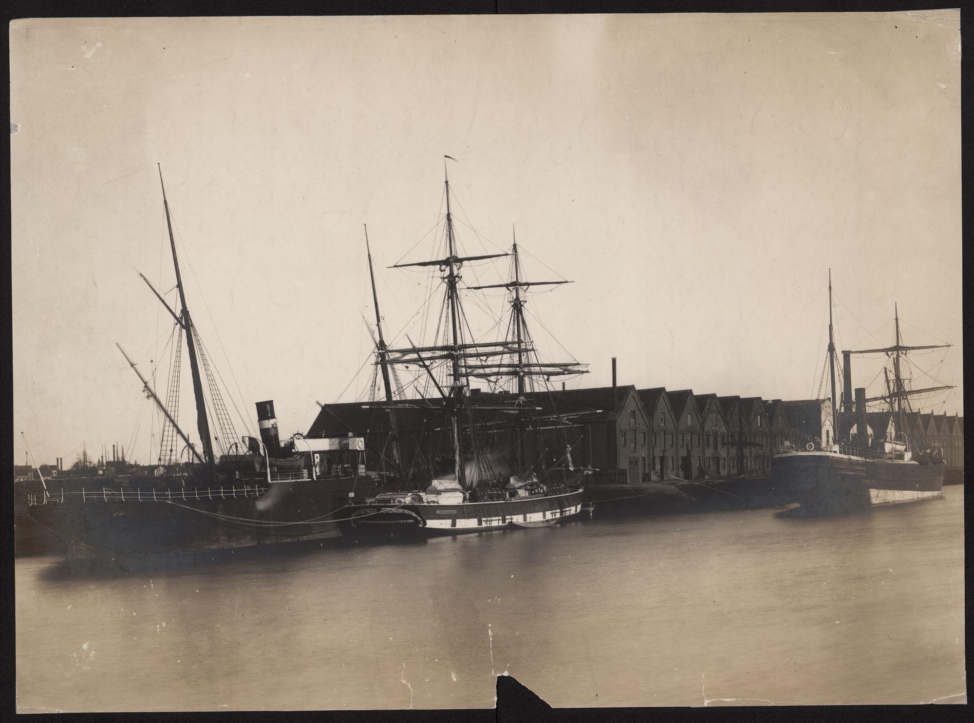 Gent. Haven met schepen en loodsen