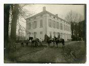 Melle: Lindenhoek: Caritasstraat 23: Kasteel Pycke de ten Aerde: hoefsmid aan het werk bij het beslaan van een paard en twee officieren te paard, 1915-1916