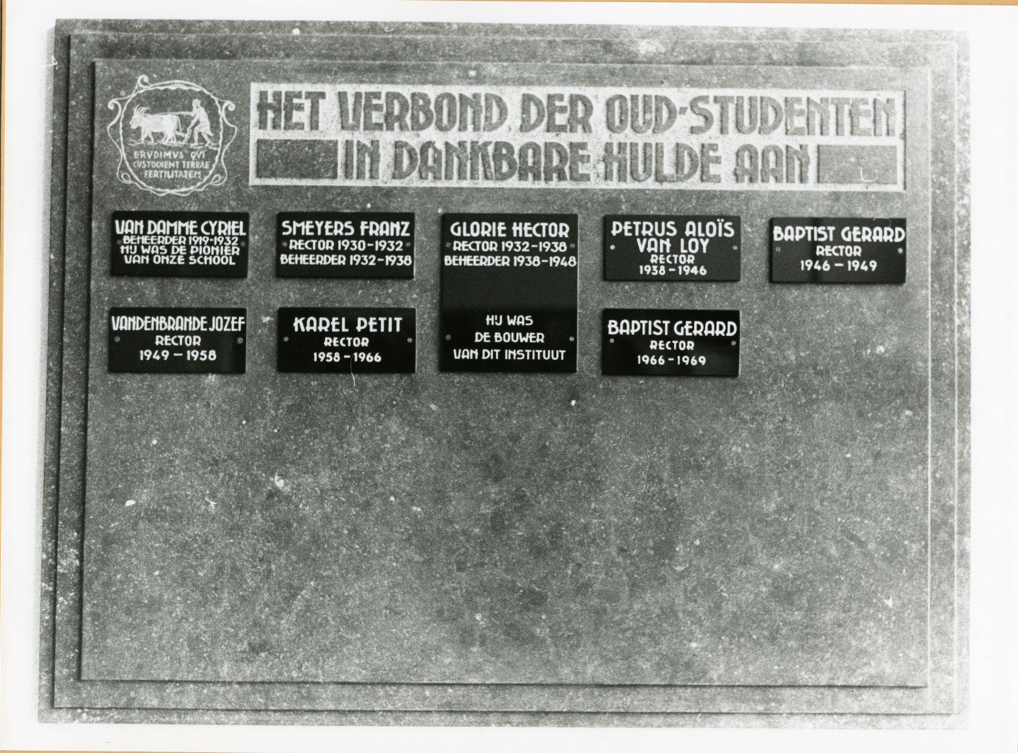 Gent: Coupure Links 533: Faculteit van de Landbouwwetenschappen: gedenkplaat: rectoren en beheerders.