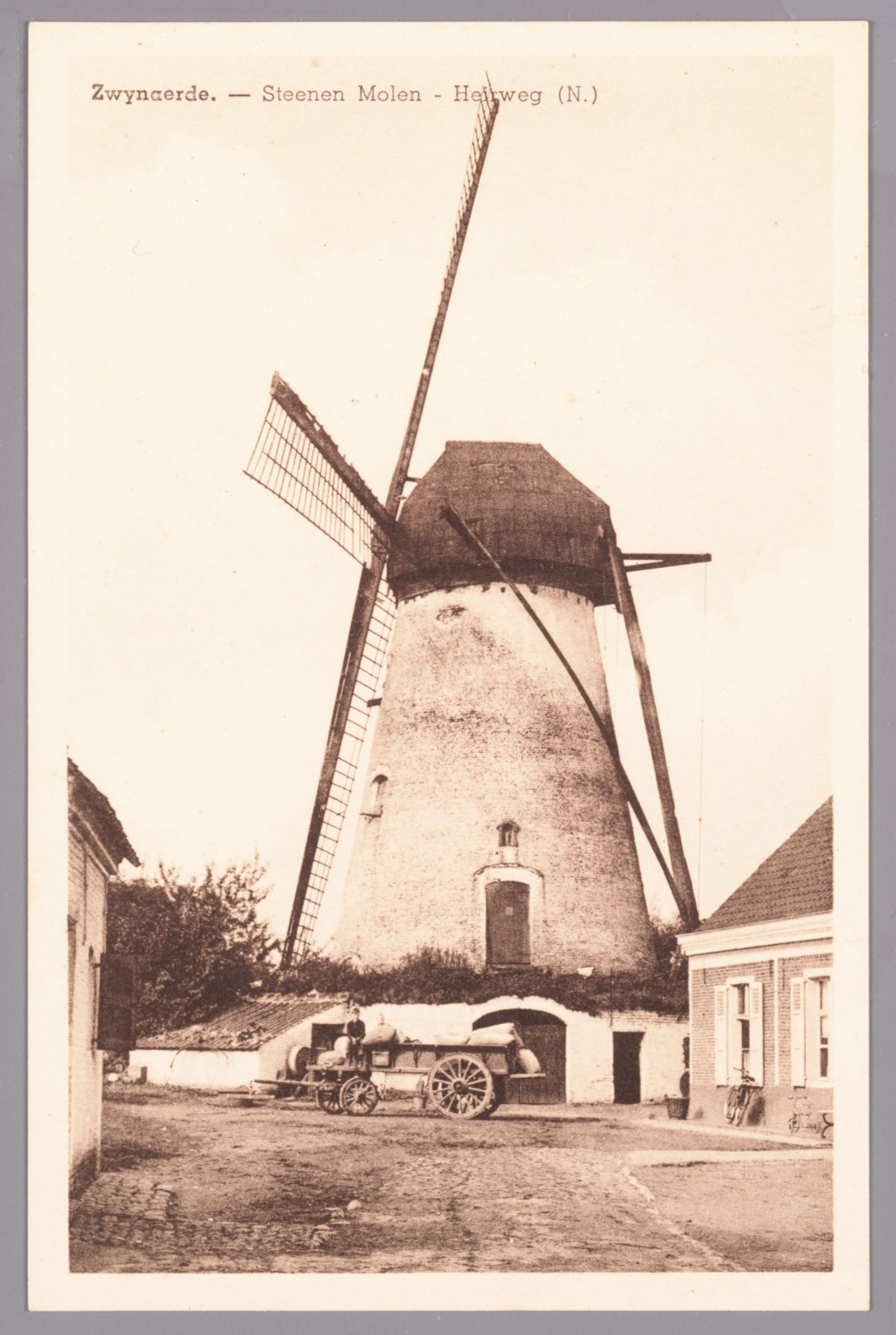 Zwijnaarde: Heerweg-Noord: stenen windmolen (gebruikt voor olie en graan) uit 1818, kar geladen met zakken (graan of meel?)