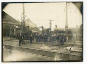 Gentbrugge: Brusselsesteenweg: Arsenaal (spoorweg/treinwerkplaats): groepsportret van spoorwegpersoneel bij de stoomlocomotieven, 1915-1916