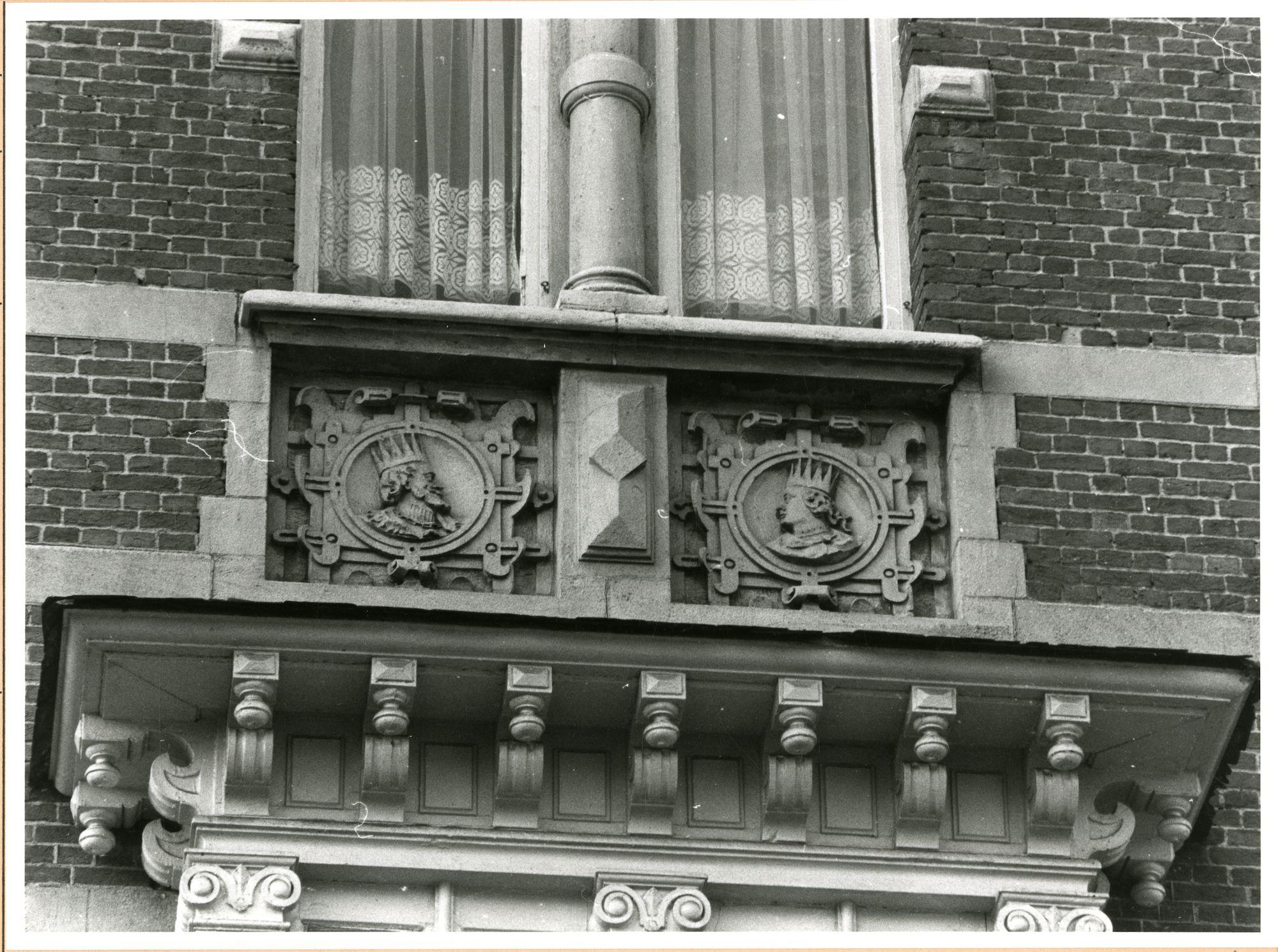 Gent: François Laurentplein 10: reliëfs: hoofden, 1980