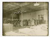 Gent: Sint-Pietersstation: verzamelplaats voor zieke en gewonde soldaten: groepsportret met ziekenverplegers en officieren bij bedden, 1915-1916
