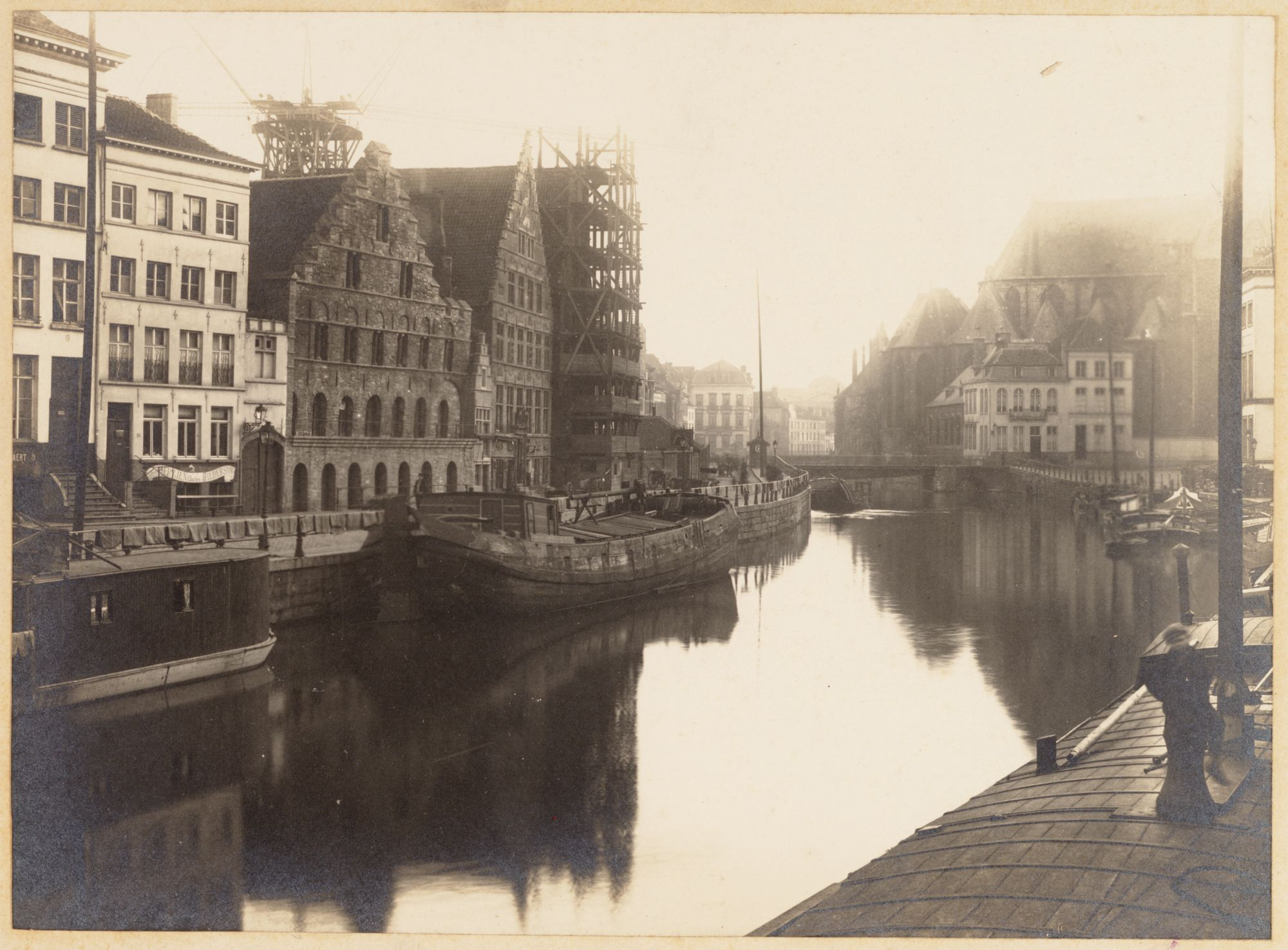 Gent: Korenstapelhuis, Korenmetershuis en Huis Vrije Schippers (in restauratie), Graslei