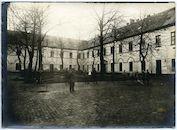 Gent: Antonius Triestlaan 12 / Ekkergemstraat: Militair hospitaal of Krijgsgasthuis, oud Klooster van Deinze (Duits krijgshospitaal): binnenkoer met Duitse militairen, 1915-1916