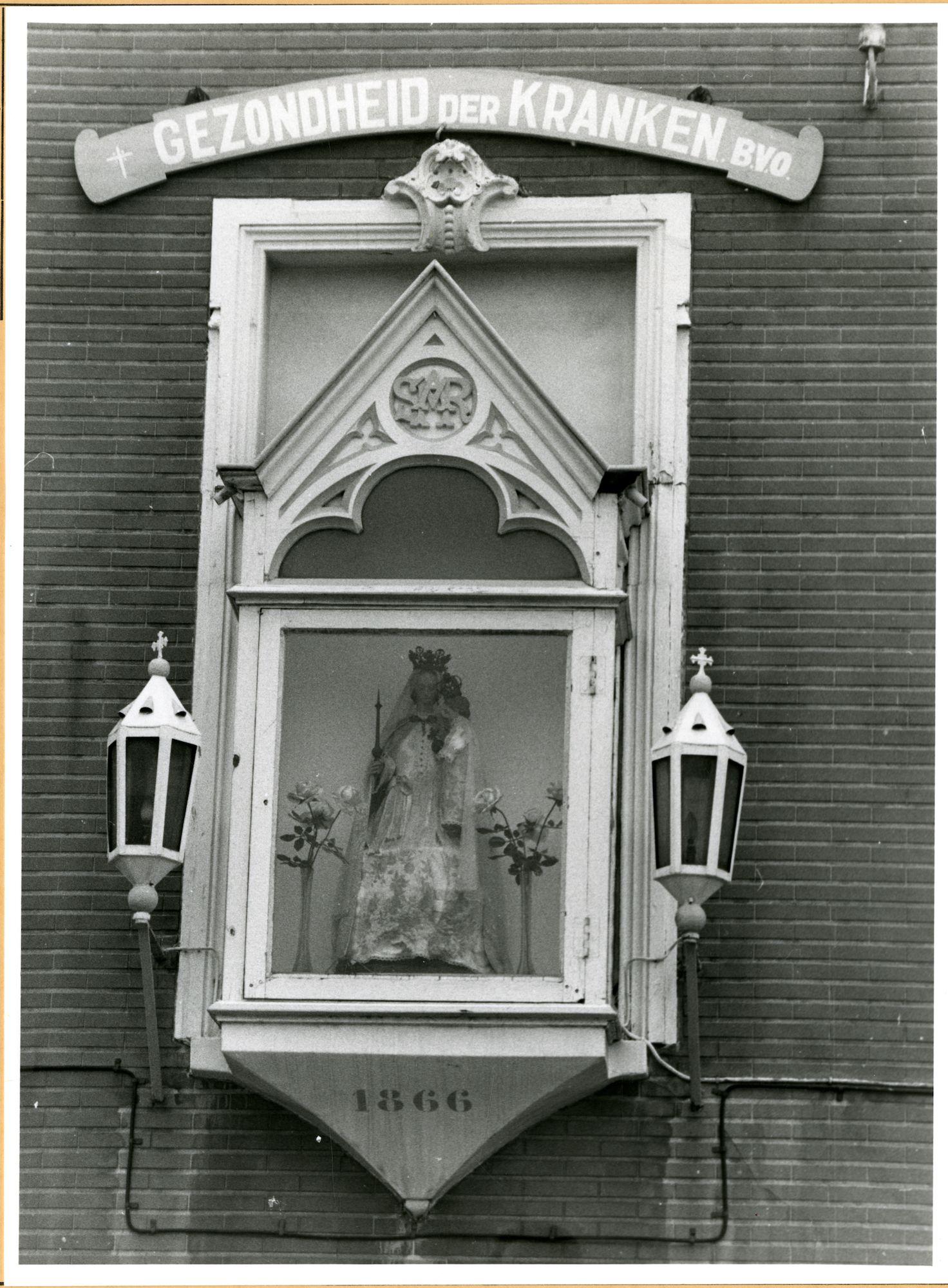 Gent: Gulden Vliesstraat 113: Gevelkapel: Maria met Kind, 1979