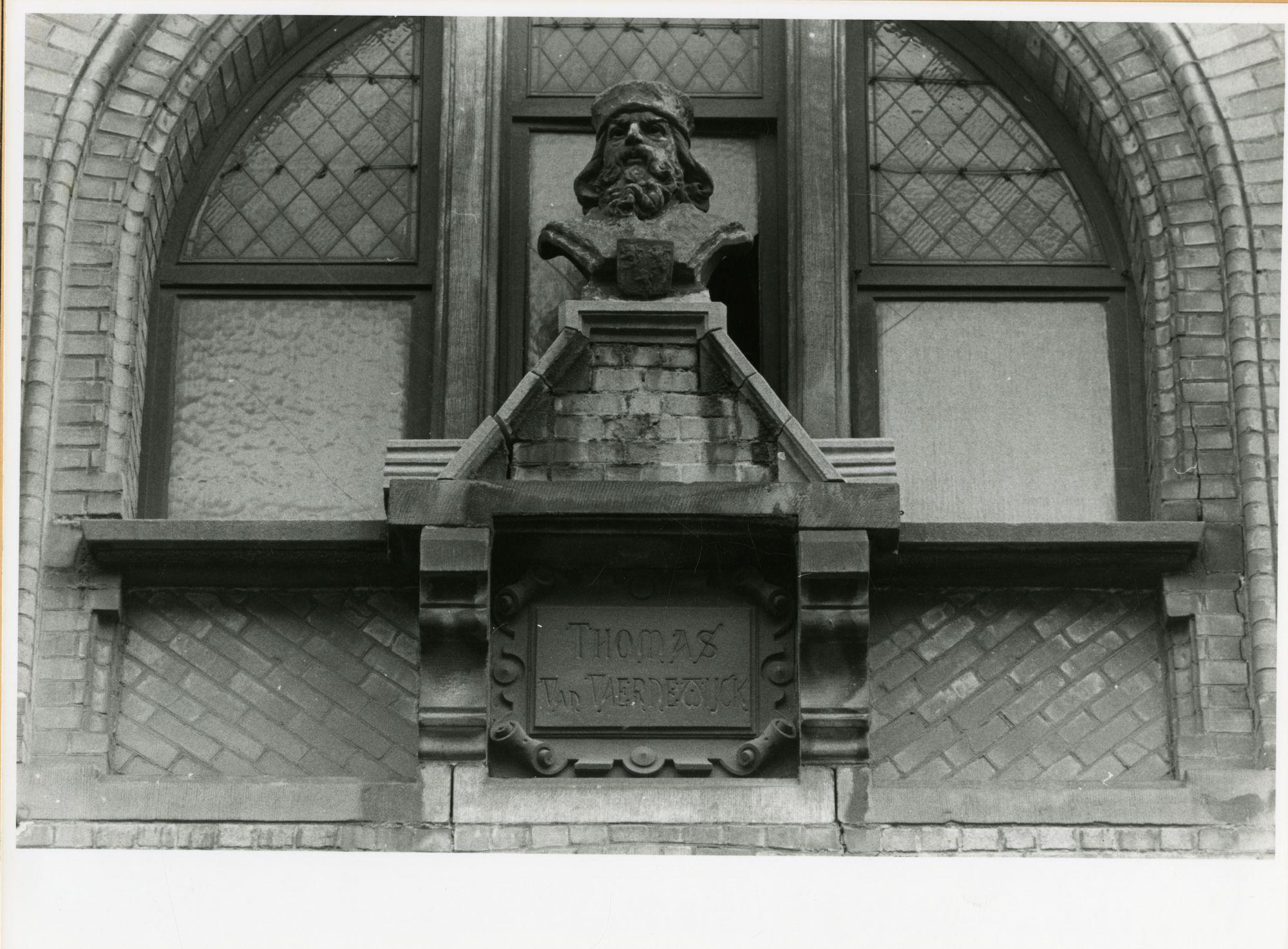 Gent: Belfortstraat: buste: Thomas Van Vaernewijck, 1979