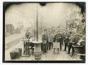 Gentbrugge: Brusselsesteenweg: Arsenaal (spoorweg/treinwerkplaats): groepsportret van spoorwegpersoneel in een werkplaats, 1915-1916