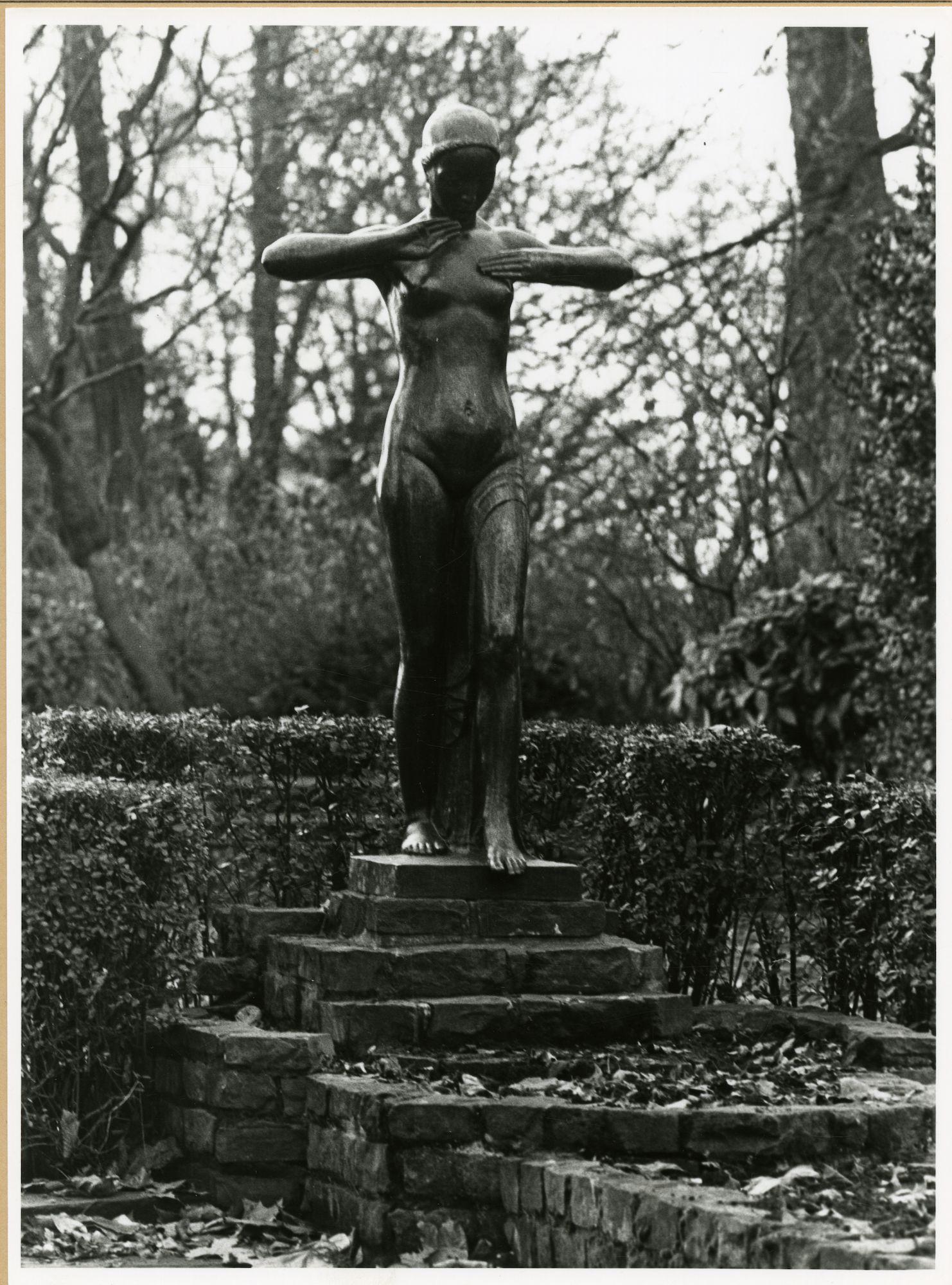 Gent: Citadelpark: beeldhouwwerk: Eerste stap in het leven
