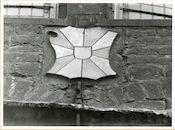 Gent: Hoogpoort: St-Jorishof: Cartouche: oud wapenschild van West-Vlaanderen, 1979