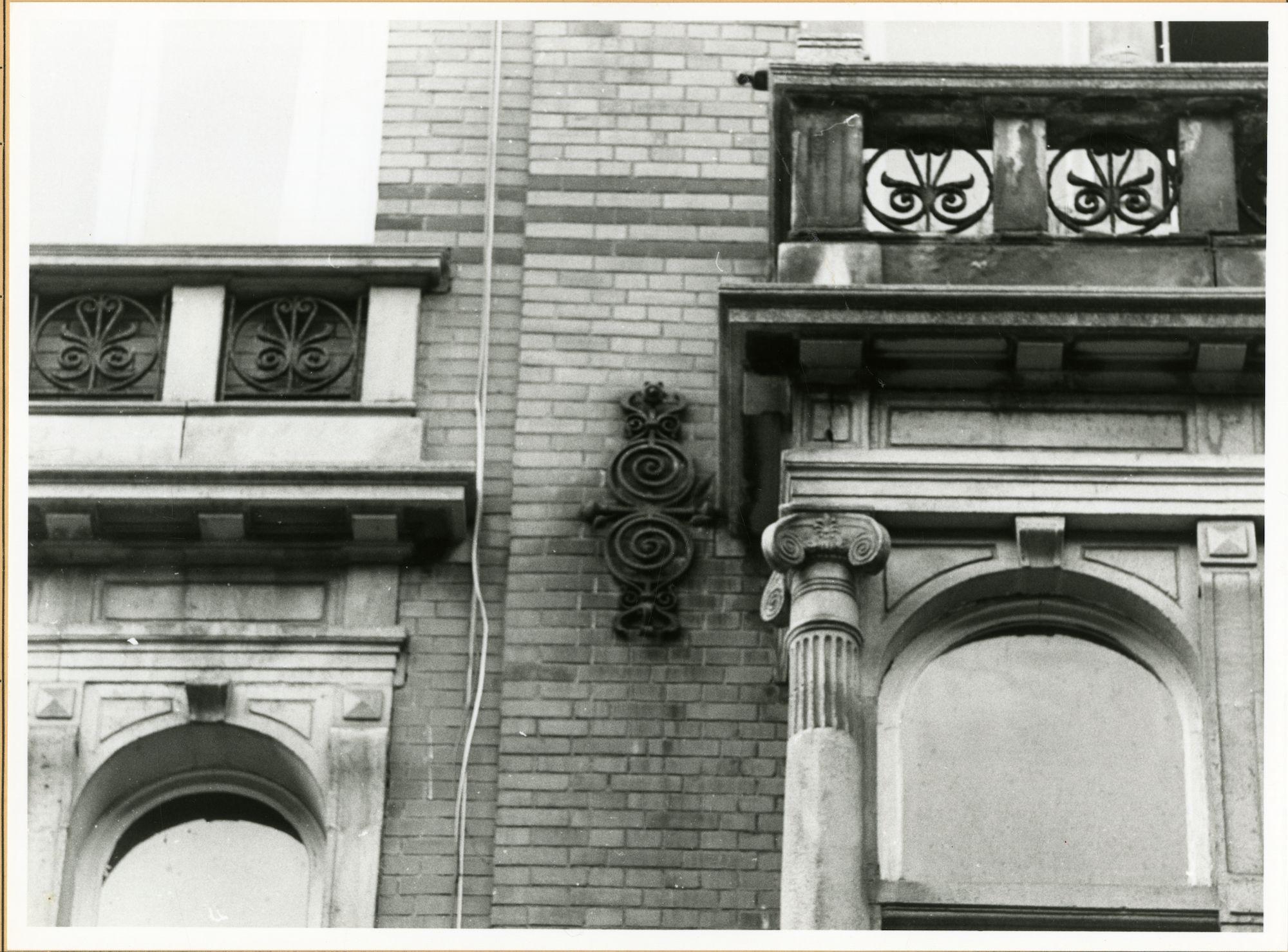 Gent: Koning Leopold II-Laan 22: Siervaas en gevelanker, 1979