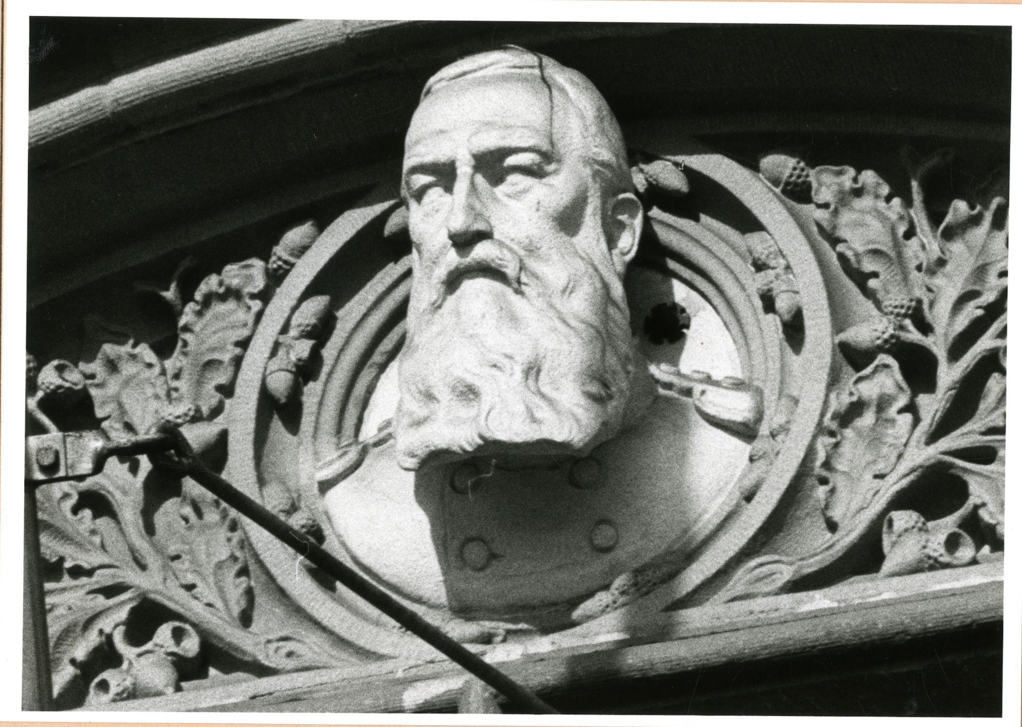 Gent: Korenmarkt: Postgebouw: gevel: borstbeeld van koning Leopold II (1835-1909), 1981
