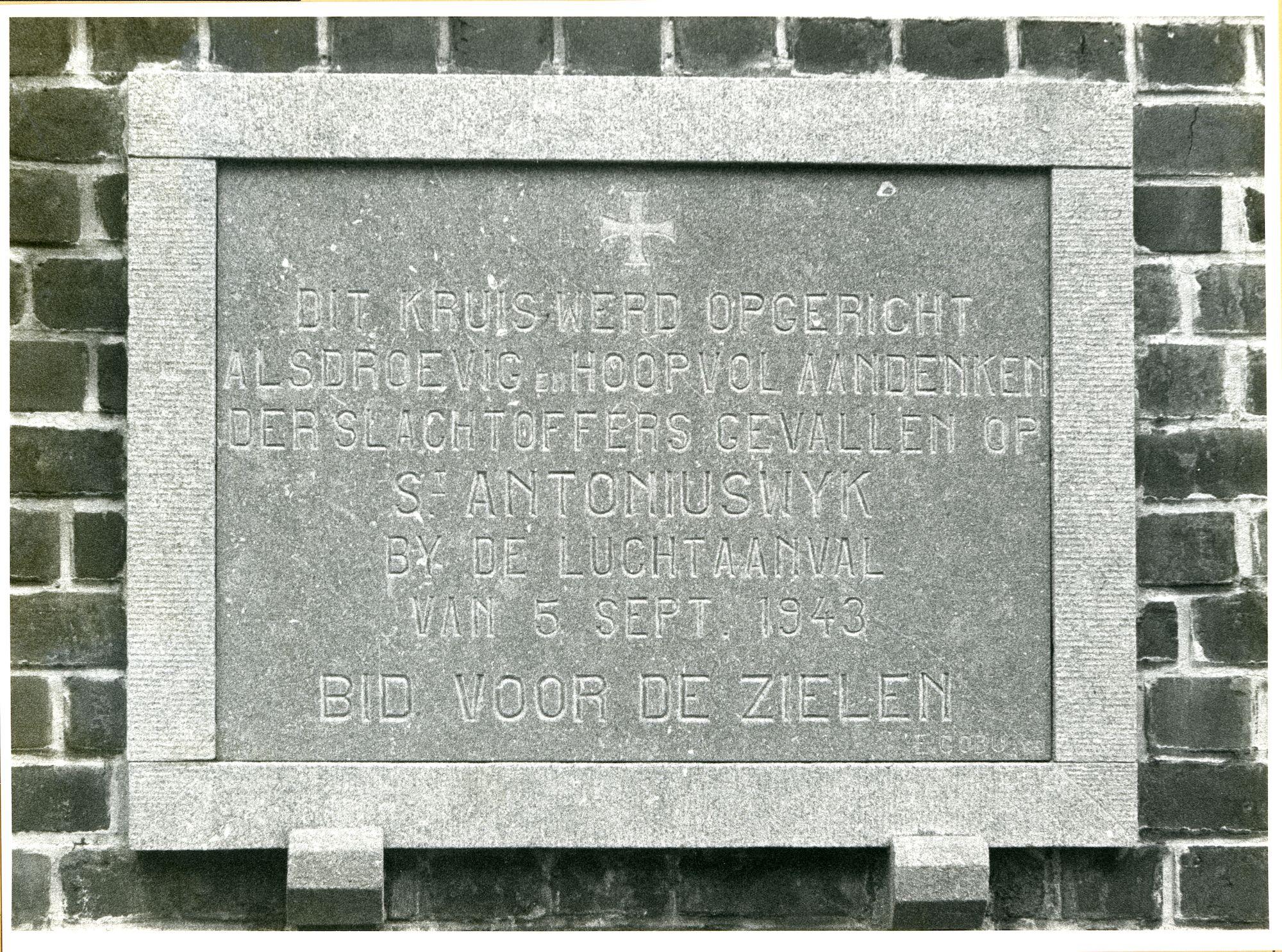 Gentbrugge: Louis Van Houttestraat: Gedenkplaat WO II, 1979