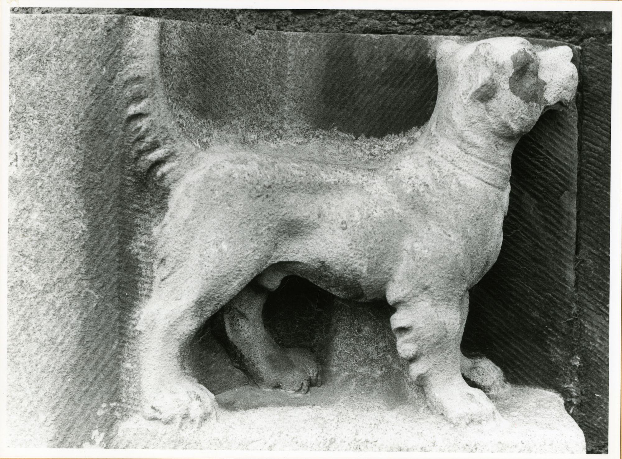 Gent: Graslei: Postgebouw: beeld van een hond, 1979
