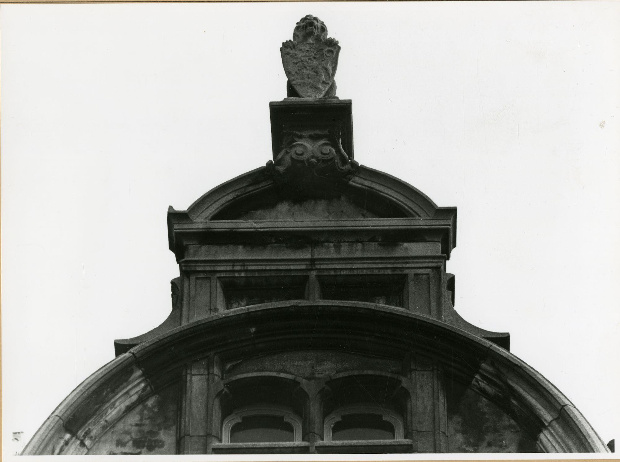 Gent: Belfortstraat 18: gevelbeeld: leeuw met schild