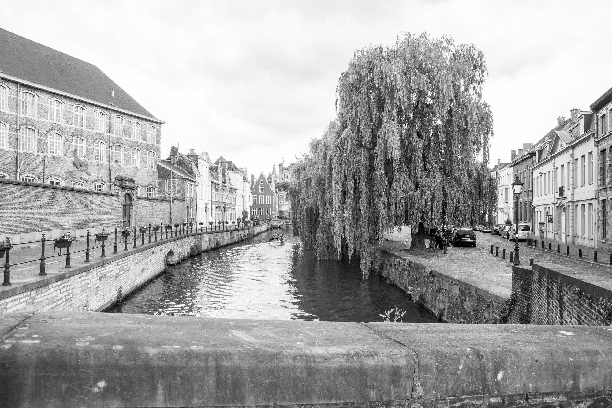 Gent: Augustijnenkaai en Lievekaai: zicht op de Lieve vanaf de Academiebrug