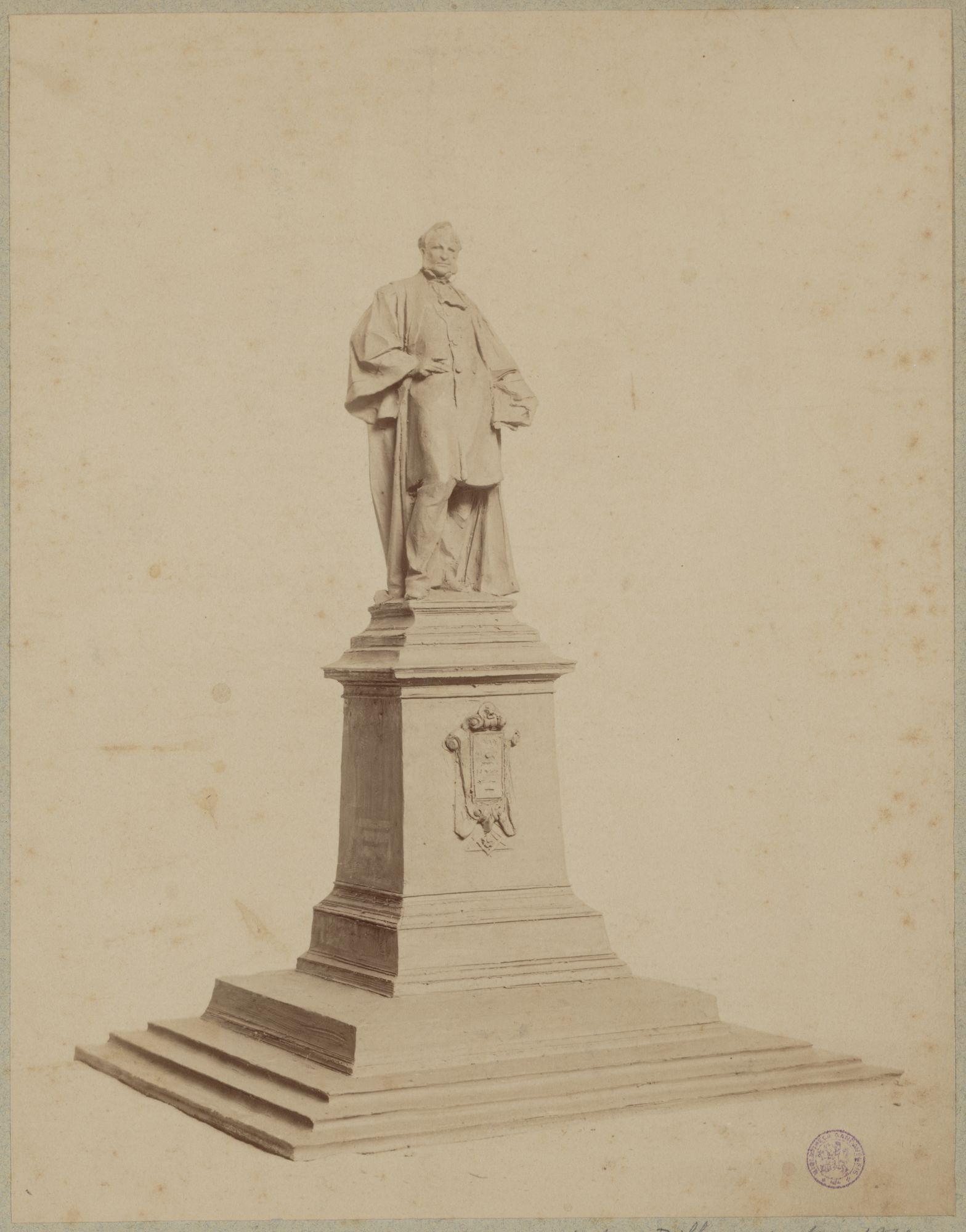 Gent: Koophandelsplein: Justitiepaleis (onzichtbaar) met standbeeld van Hippolyte Metdepenningen