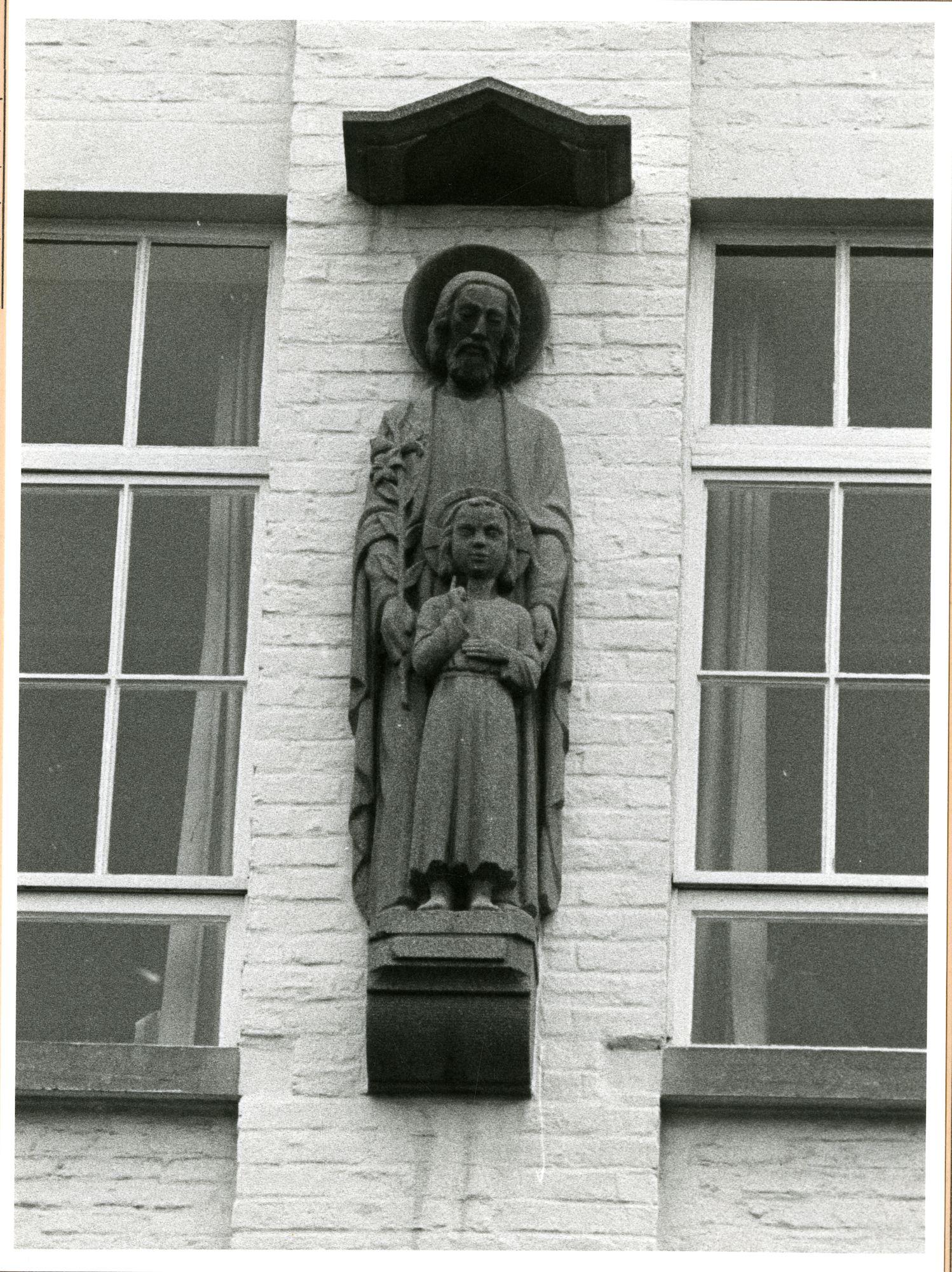 Gent: Bijlokehof 4: gevelbeeld: Heilige Jozef met Kind, 1980