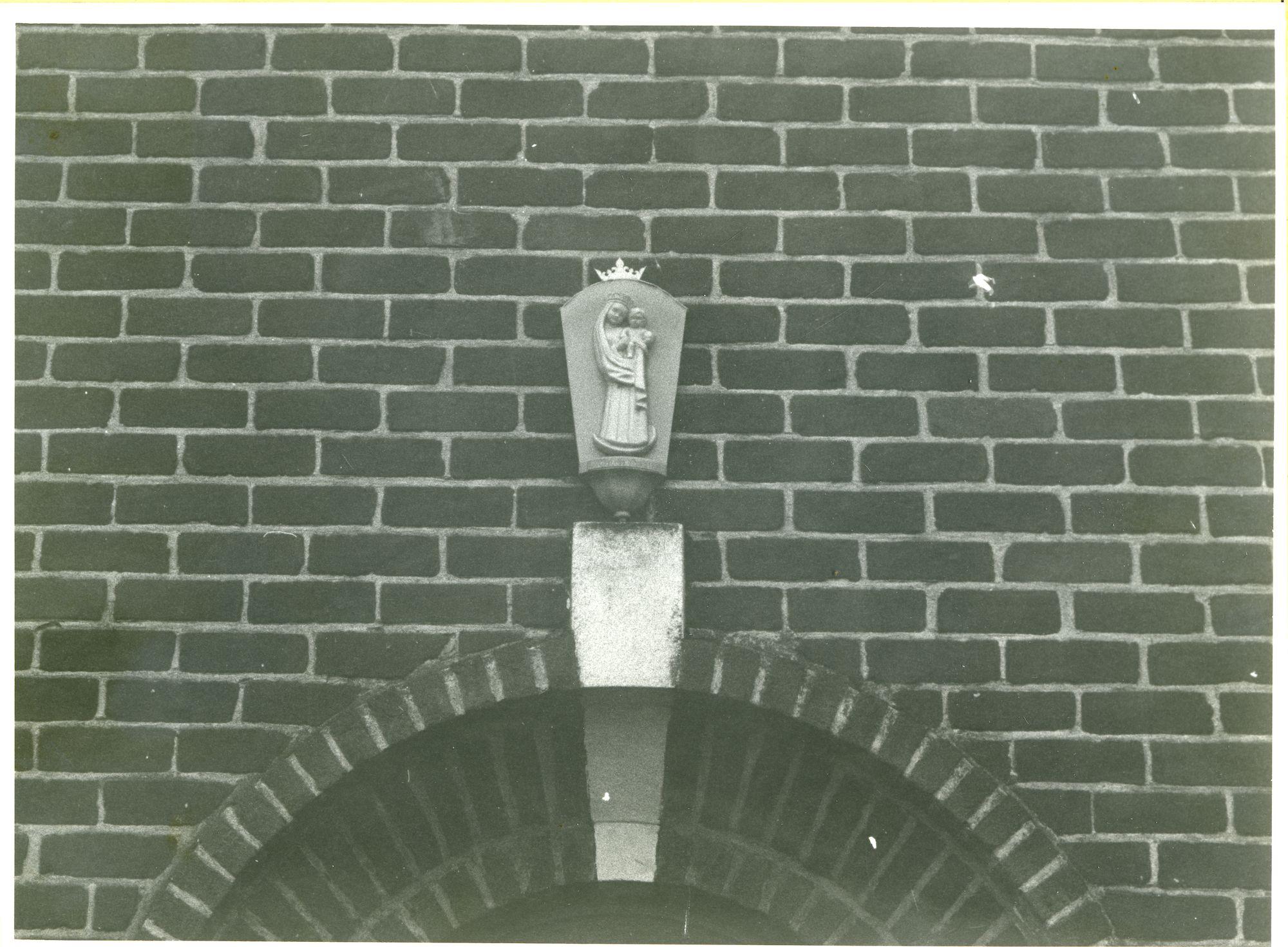 Oostakker: Eikstraat 15: Beeldhouwwerk, 1979