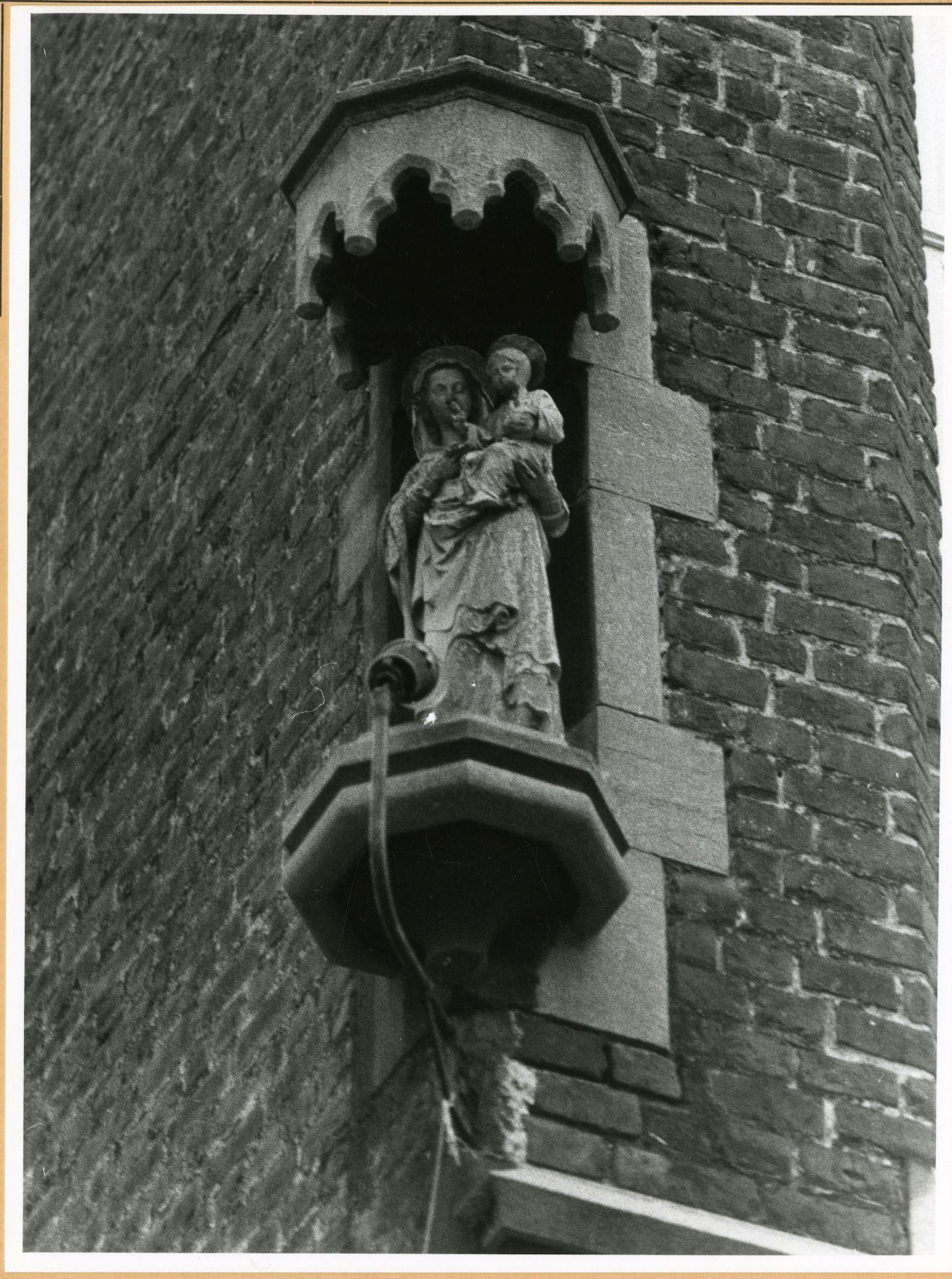 Gent: Forelstraat 60: Sint-Antoniuskerk: pastorij: nisbeeld: Onze-Lieve-Vrouw met kind,1979