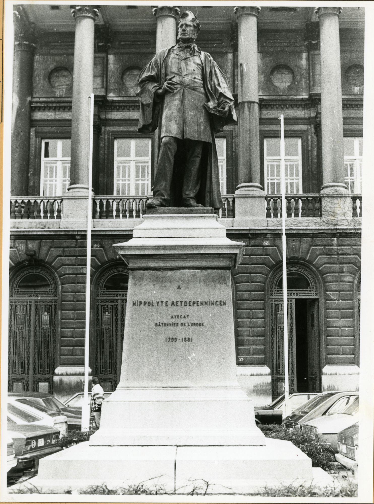 Gent: Koophandelsplein: Standbeeld van Hippolyte Metdepenningen