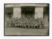 Gent: Citadelpark: Feestpaleis: Genesungsabteilung (revalidatieafdeling): groepsportret van het zangkoor aan het portiek buiten, 1915-1916