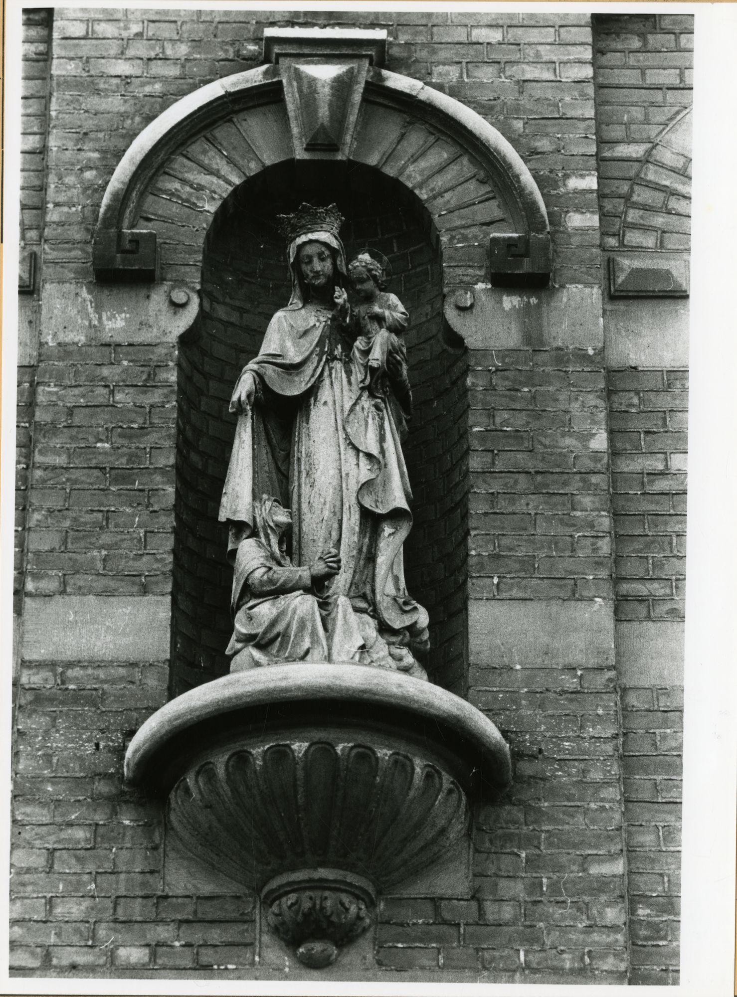 Gent: Coupure Links 179-181: kliniek Toevlucht van Maria: nis met beeld: Maria met Kind