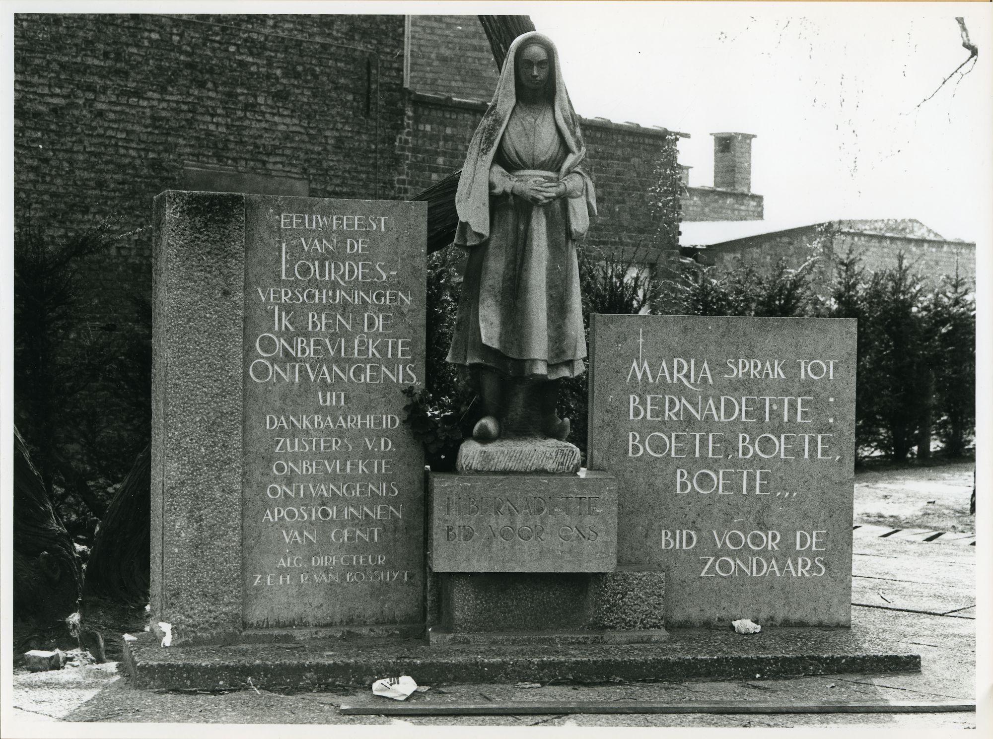 Gent: Sint-Bernadettestraat 247: Standbeeld met herdenkingsteken, 1958