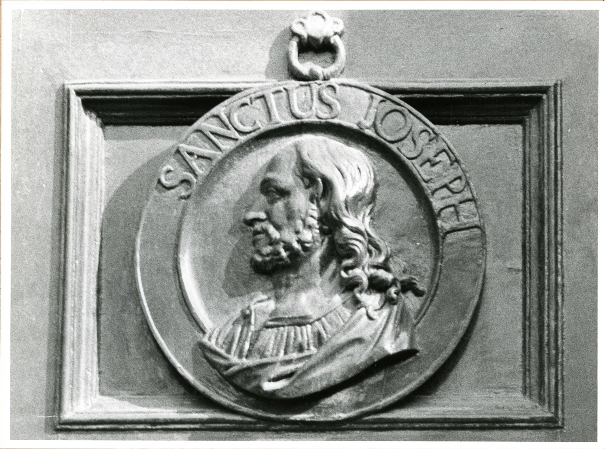 Gent: Burgstraat 46: kerk der Ongeschoeide Karmelieten: reliëf: St-Jozef,1981
