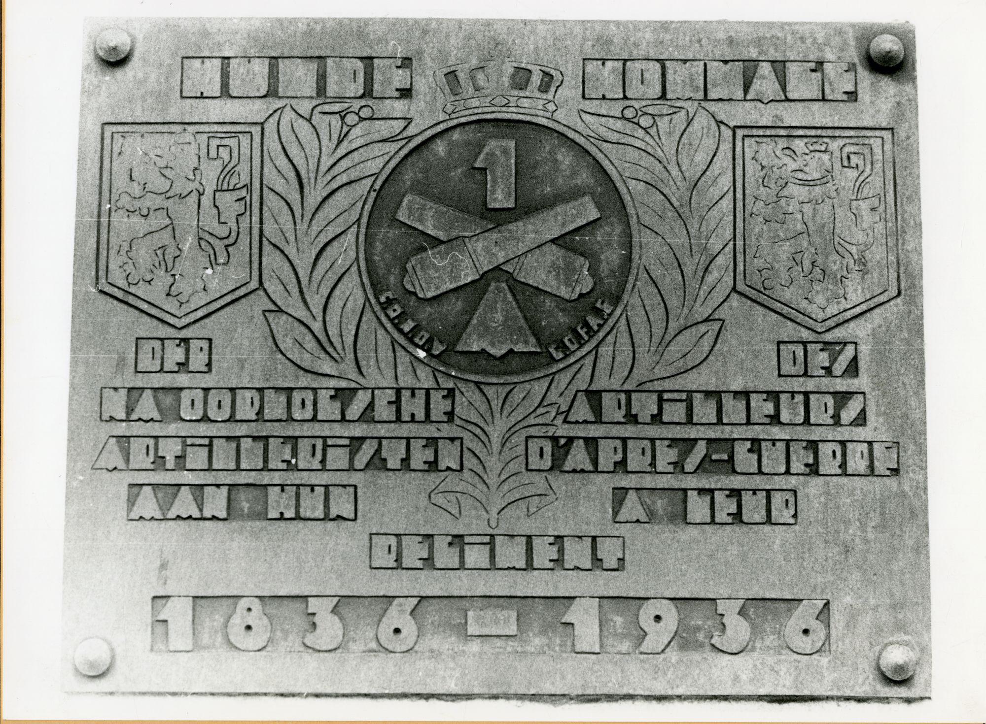 Gent: Brusselsepoortstraat: kazerne De Hollain: Gedenkplaat: na-oorlogse artilleristen, 1979