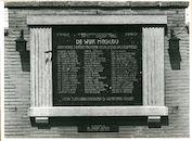 Gentbrugge: Jules De Saint Genoisstraat 147: Gedenkplaat WO II, 1979