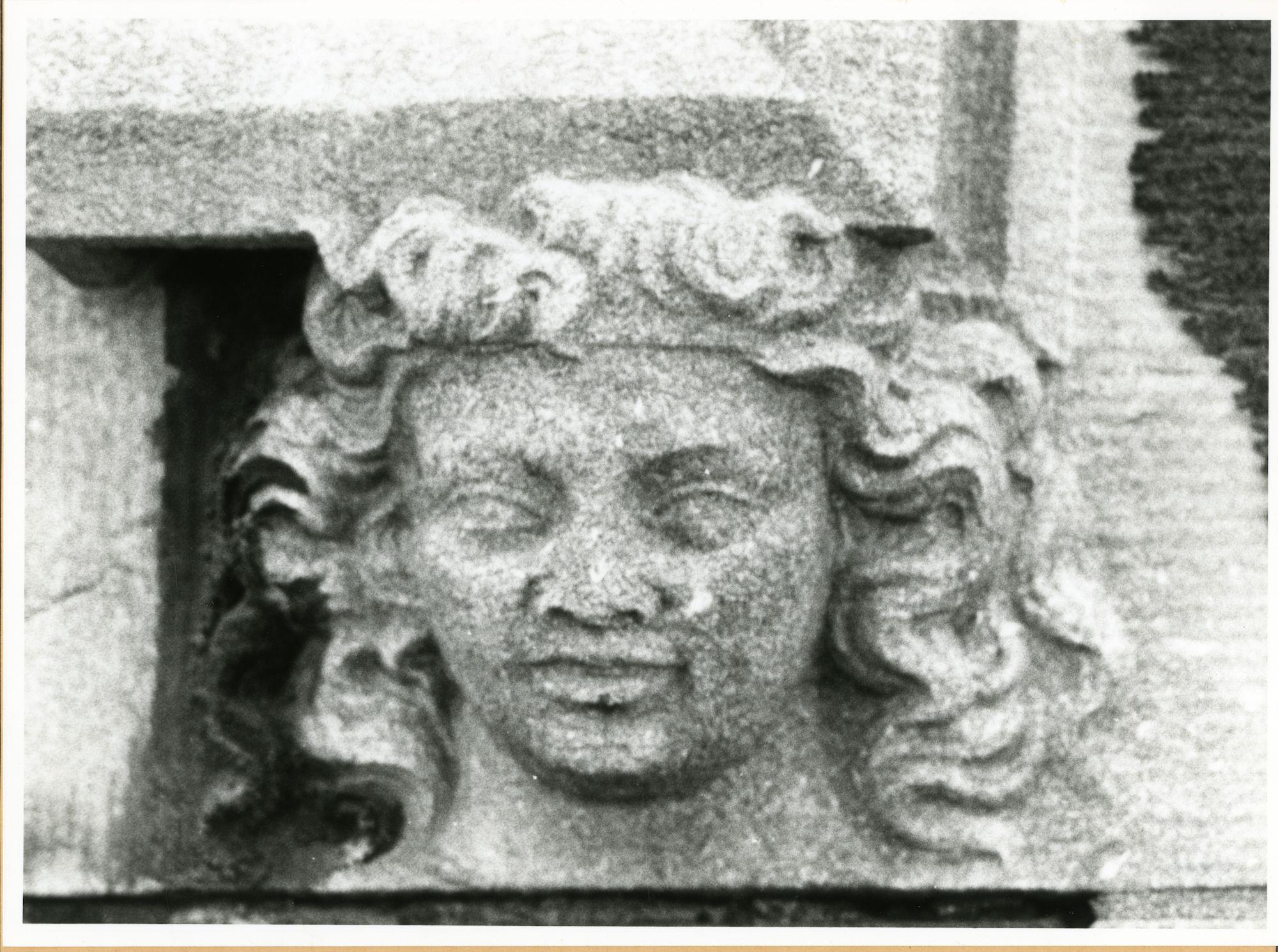 Gent: Ekkergemstraat 203: pastorij: reliëf: hoofd, 1979