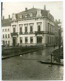 Gent: Ajuinlei 1 / Jacobijnenstraat: kantoren van de leiding van het Rode Kruis in het etappegebied: straatbeeld vanop de Predikherenlei aan de overkant van de Jacobijnenbrug, 1915-1916