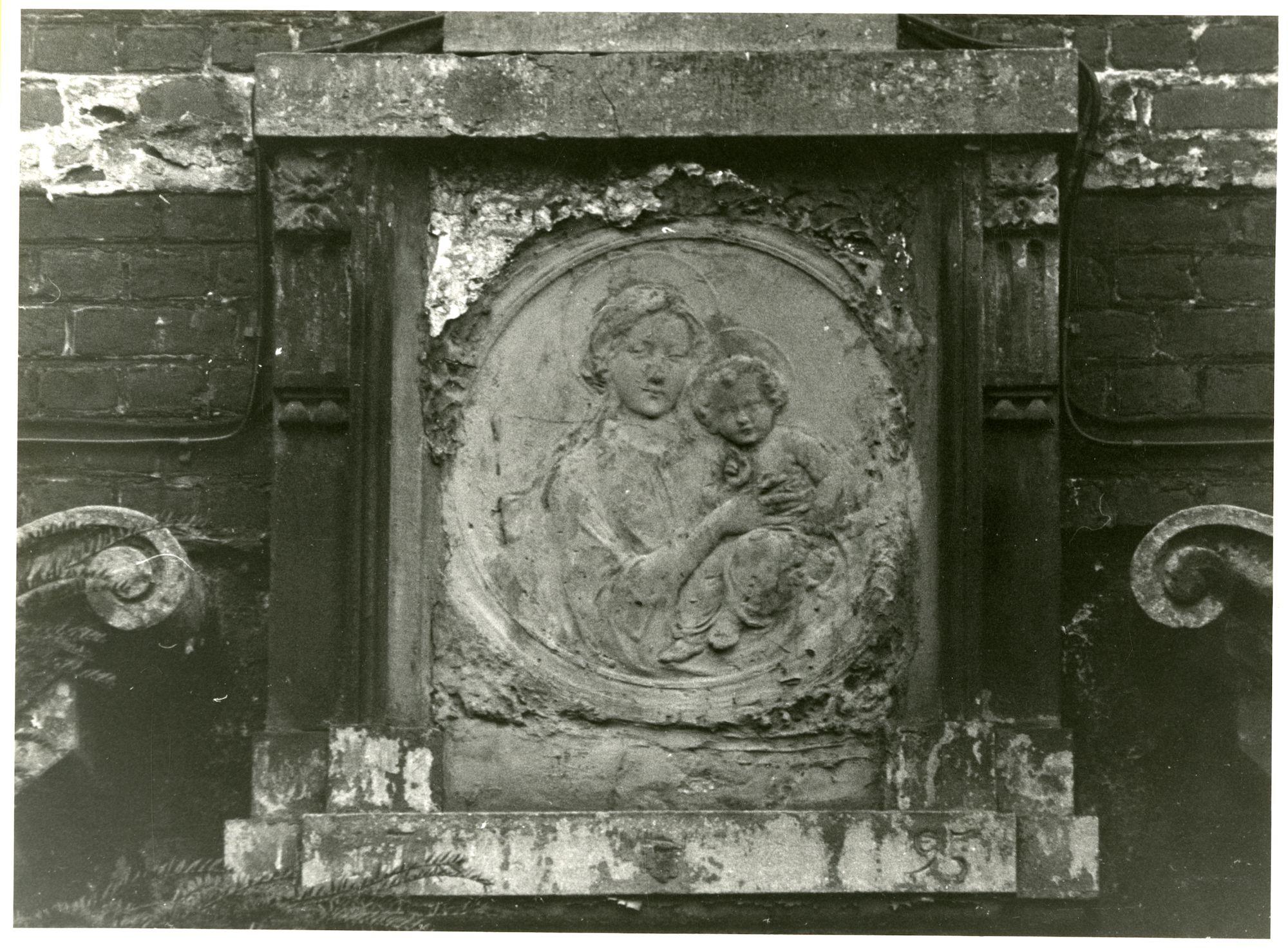 Gent: Begijnhofdries 12: reliëf: Maria en Kind, 1979