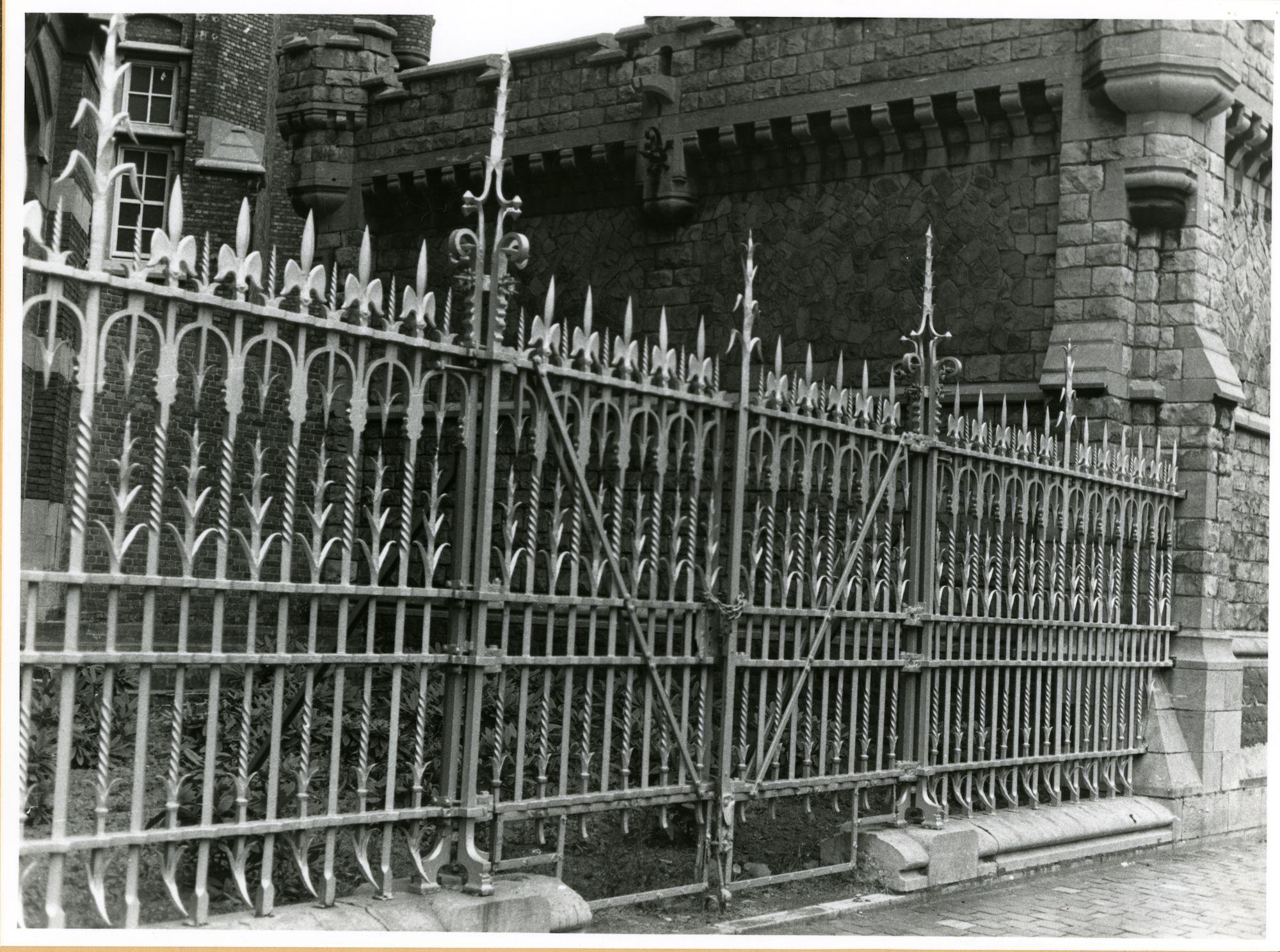 Gent: Charles de Kerchovelaan: Leopoldskazerne: hek,1979