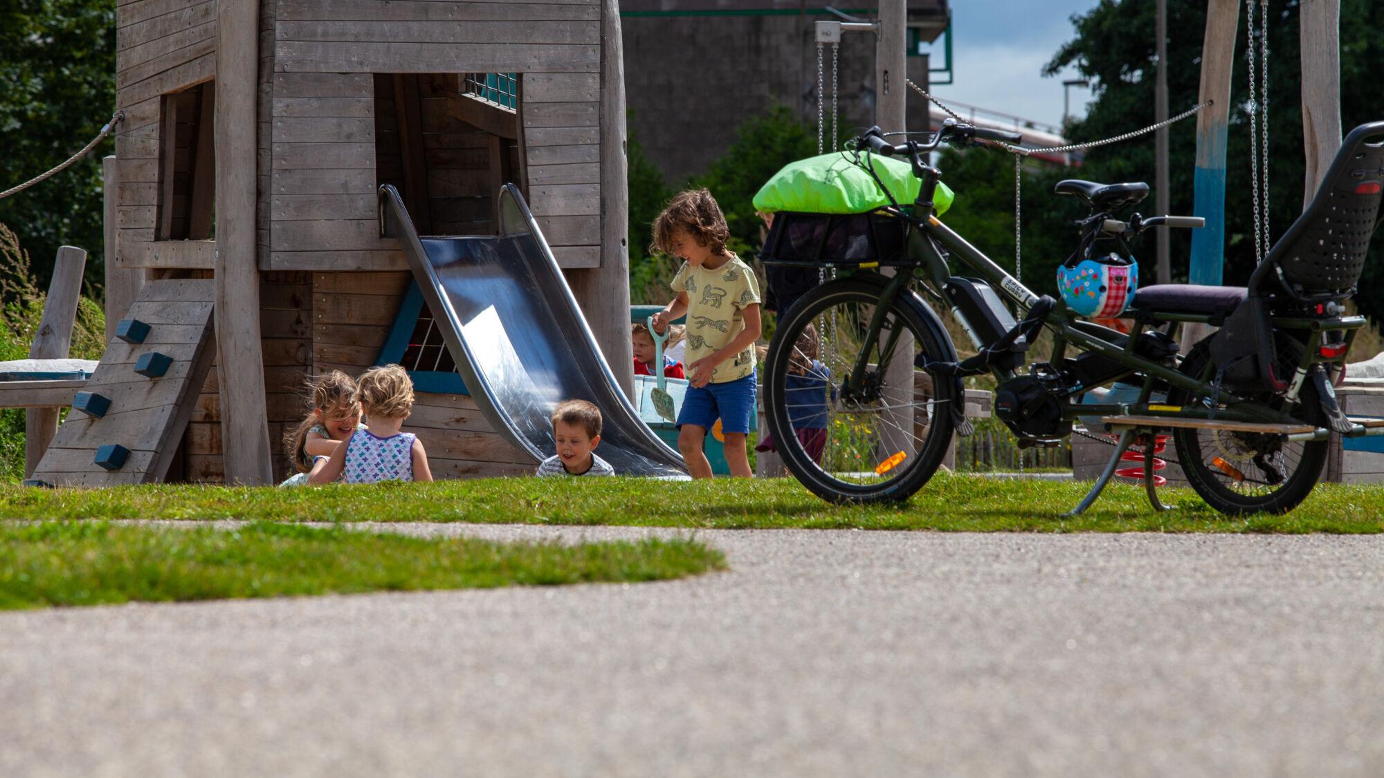 20210817_Oude Dokken_Houtdok_Openbaar Domein_Zitbanken_groen_wandelaars_fietsers