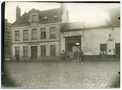 Gent: Antonius Triestlaan 12 / Ekkergemstraat, Militair hospitaal of Krijgsgasthuis, oud Klooster van Deinze (Duits krijgshospitaal): hoofdingang en portierswoning met Duitse militairen, 1915-1916
