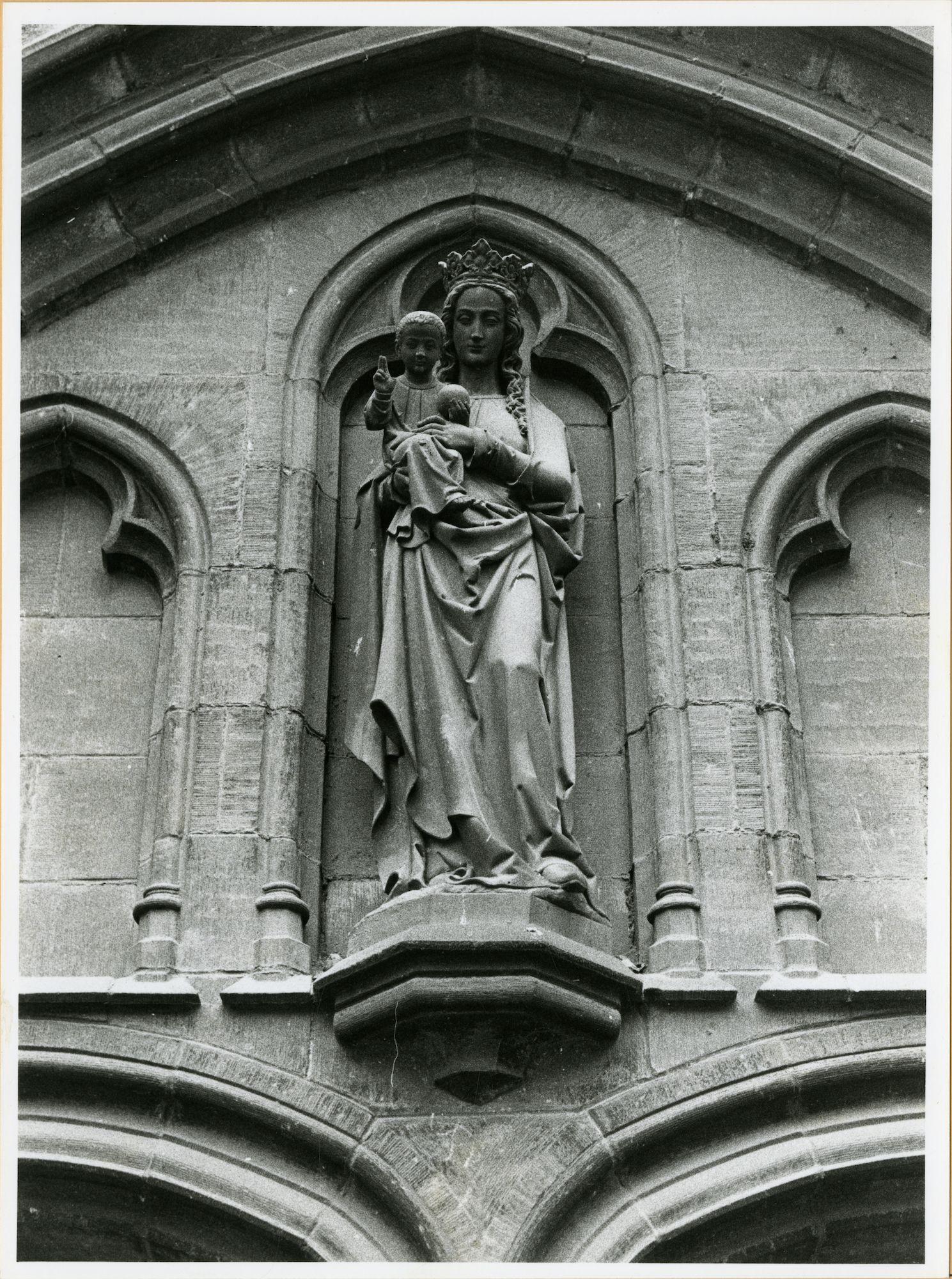 Gent: Bij St-Jacobs: Nis met beeld: Maria met Kind