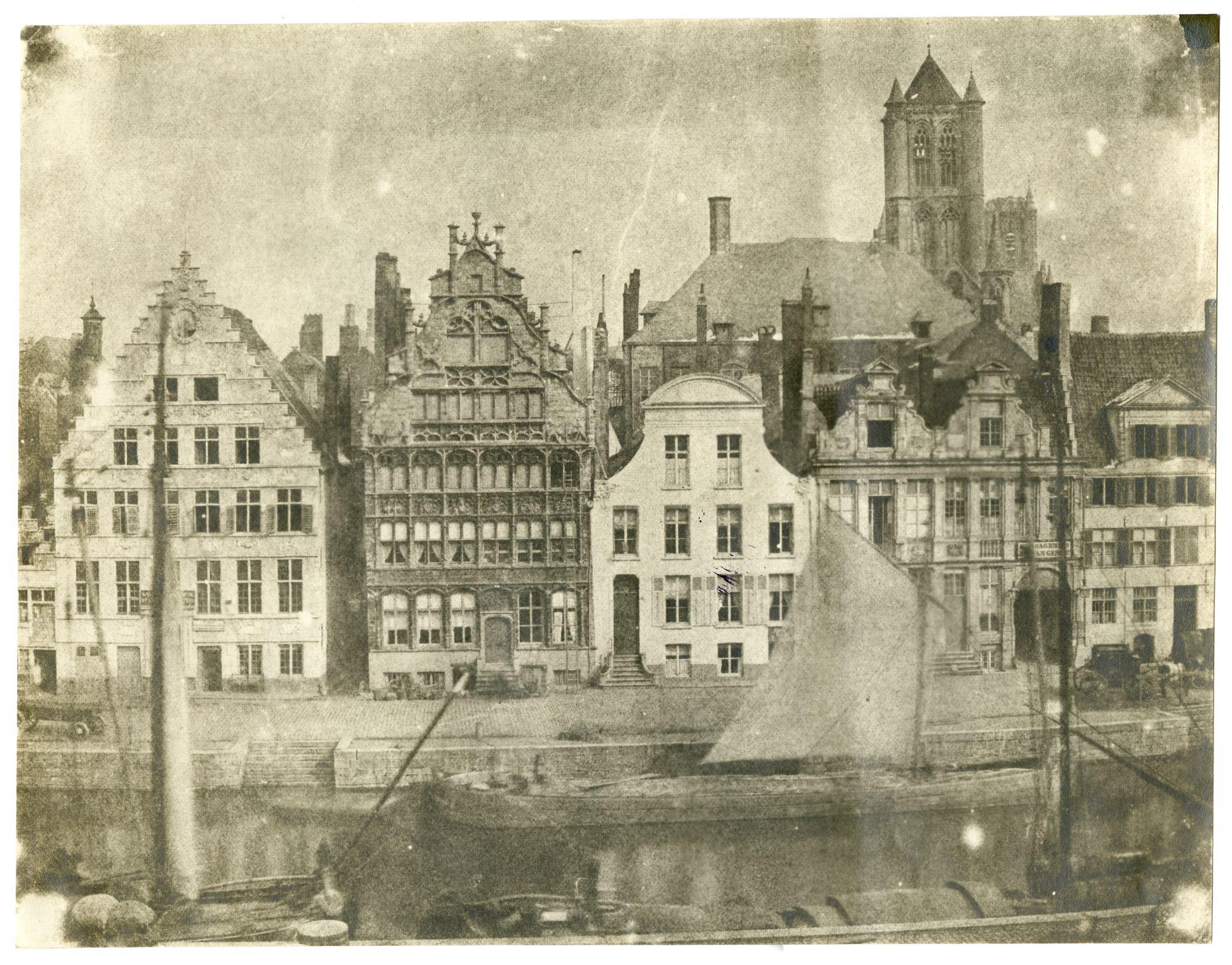 Graslei met huis Den Engel en torens van Sint-Niklaaskerk en Sint- Baafs