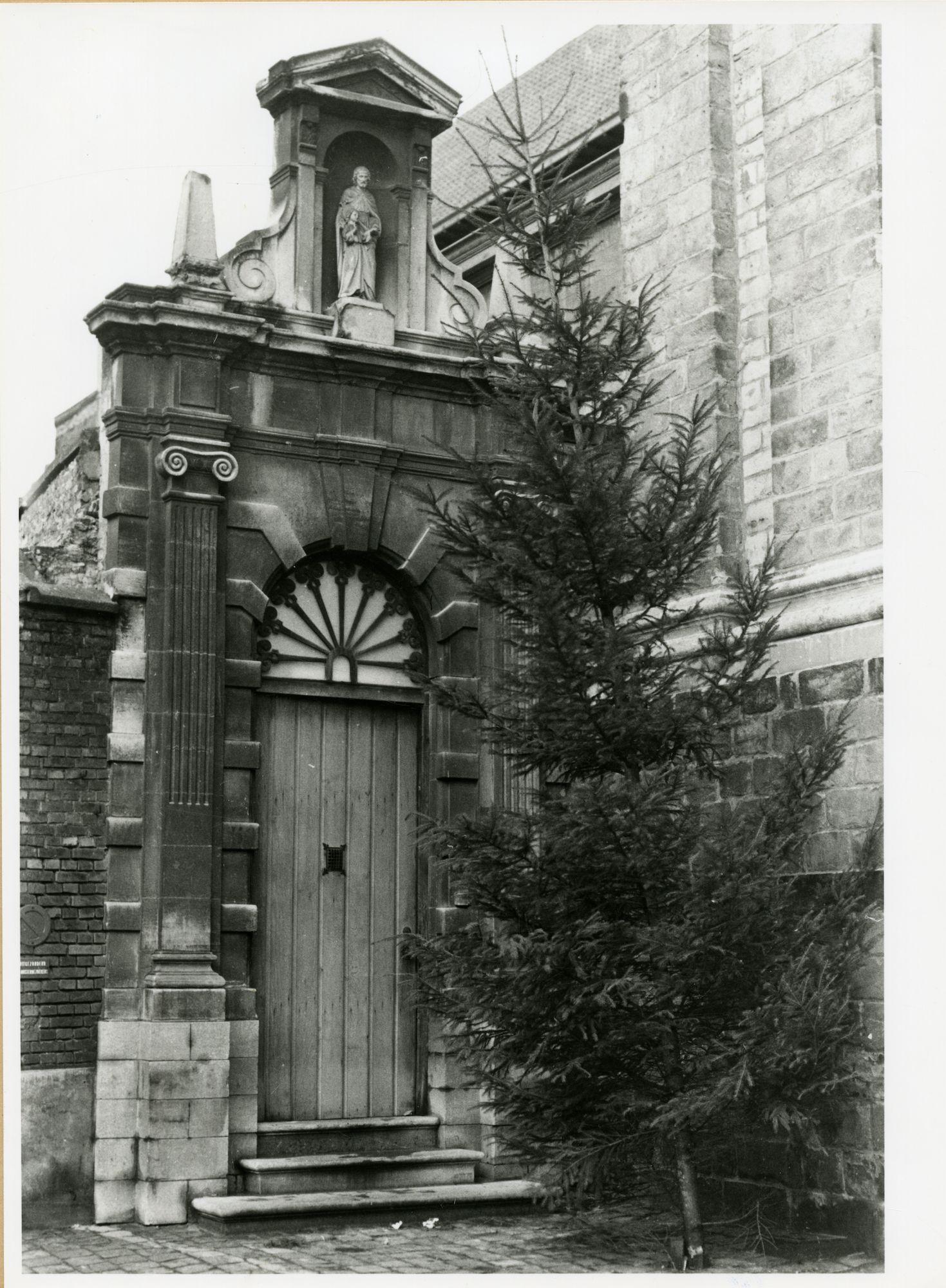 Gent: Burgstraat 46: klooster der ongeschoeide Karmelieten: nisbeeld: Heilige Jozef met Kind