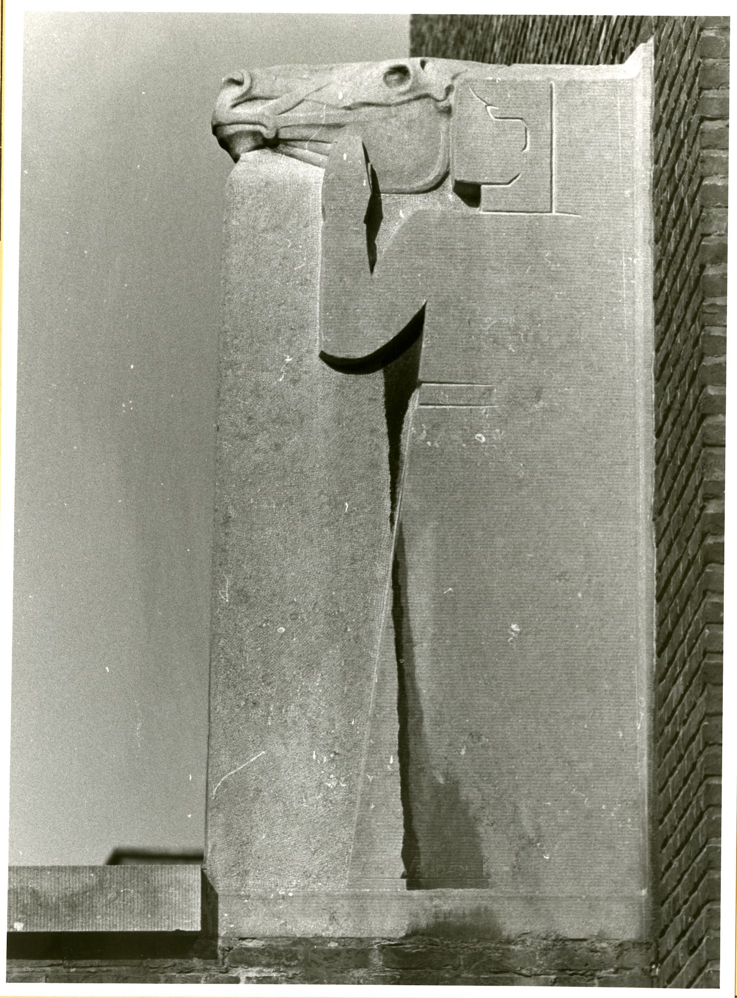 Gent: Casinoplein 26: Faculteit Dierengeneeskunde: beeldhouwwerk: man en paard, 1979