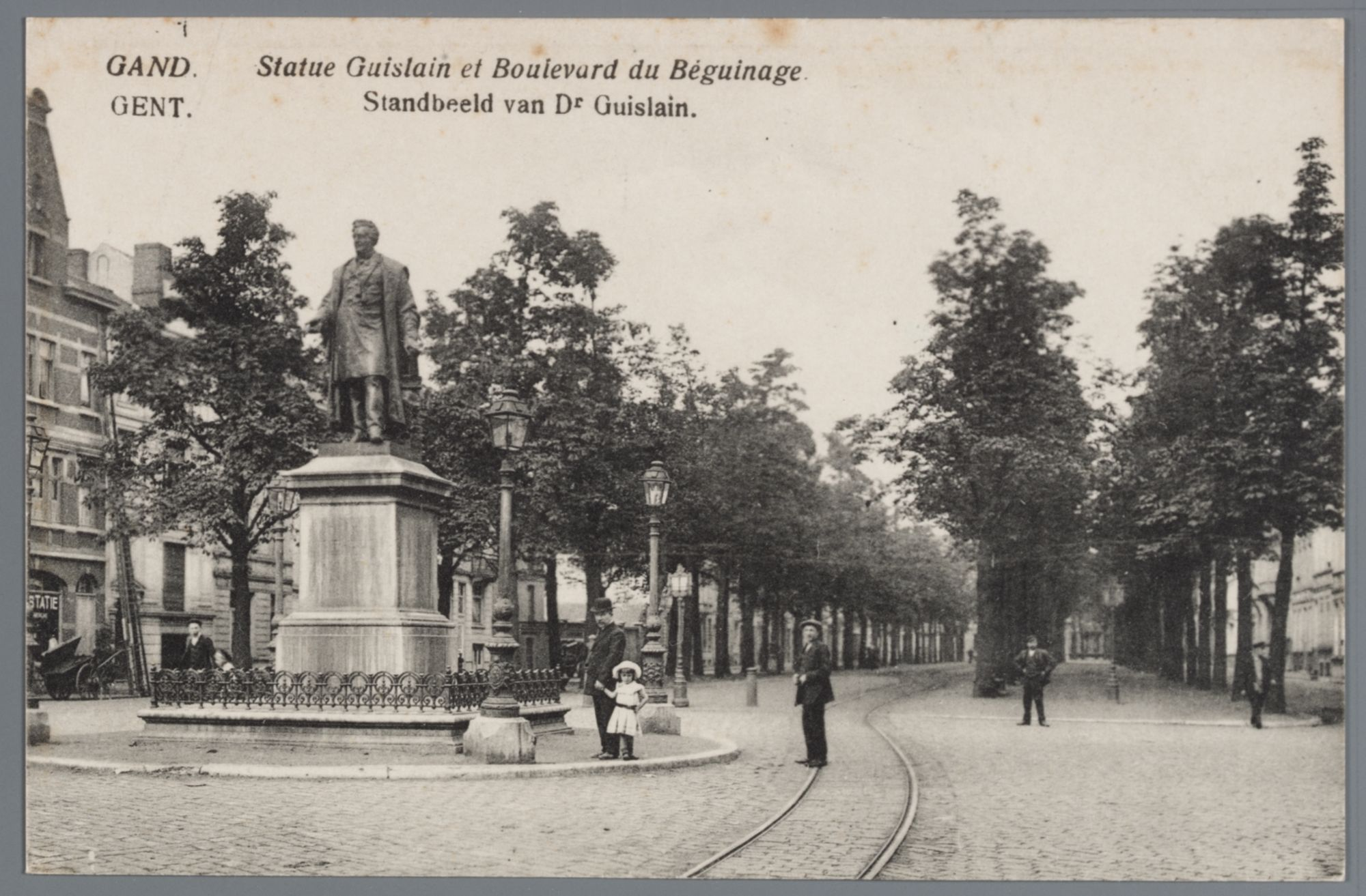Gent: Begijnhoflaan met standbeeld dr. Joseph Guislain en wandelaars