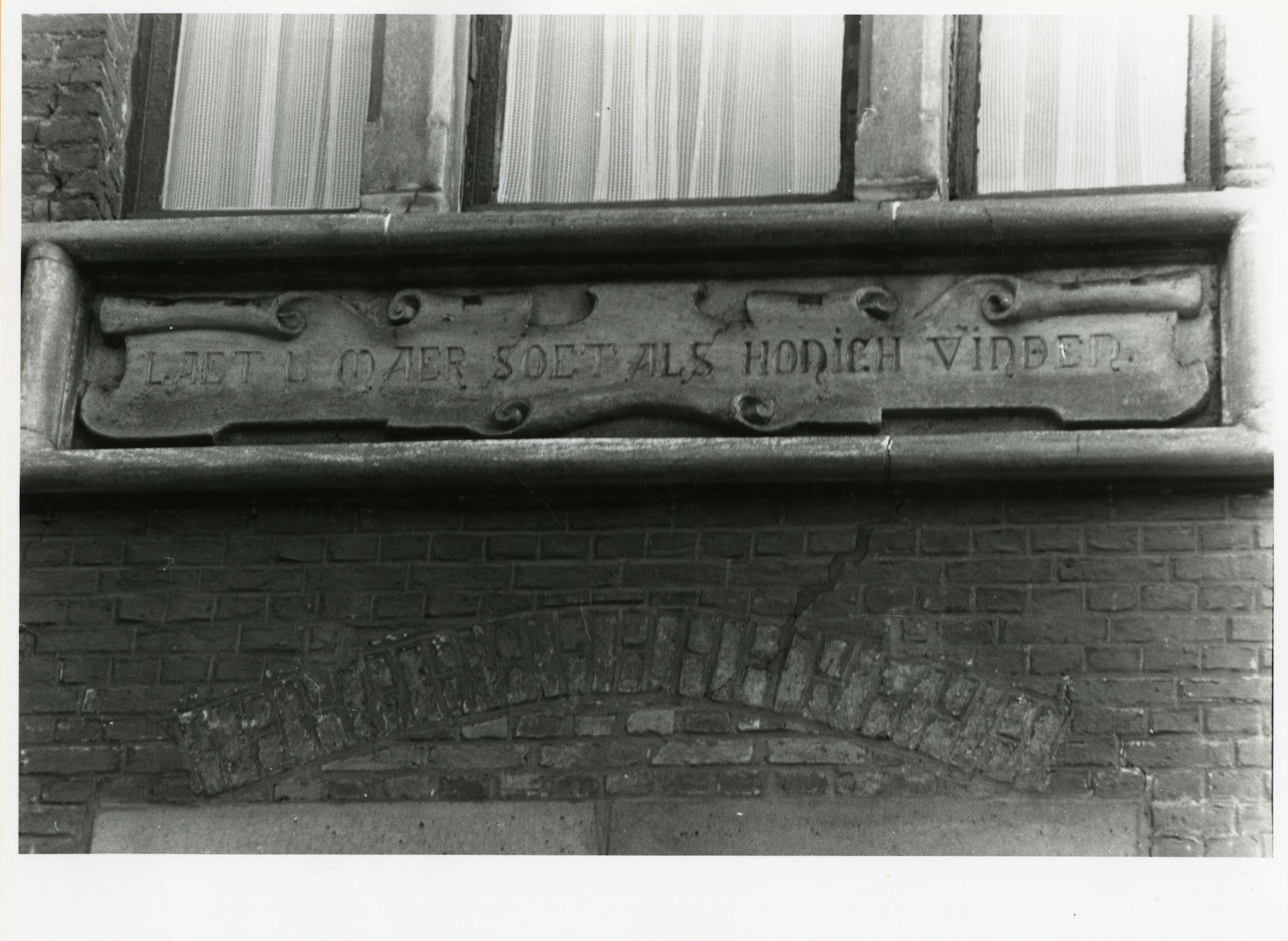 Gent: Citadellaan 59: geveldecoratie: spreekwoord, 1979