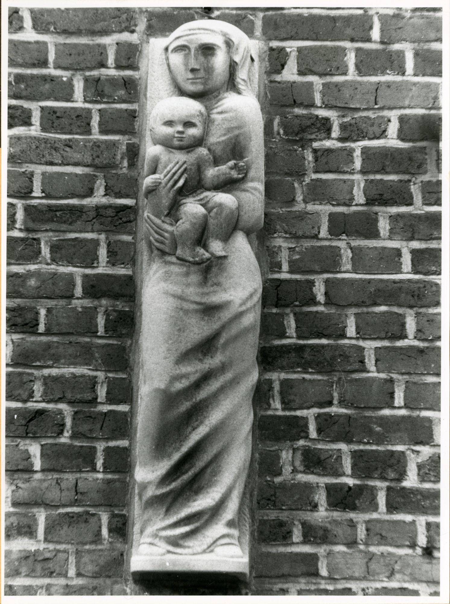 Gent: Elyzeese Velden 8: Sint-Jozefschool: reliëf: moeder met kind, 1979