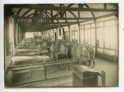 Gent: Godshuizenlaan (nu Martelaarslaan): stedelijke schietbaan: binnenzicht met groepsportret van soldaten en officieren, 1915-1916