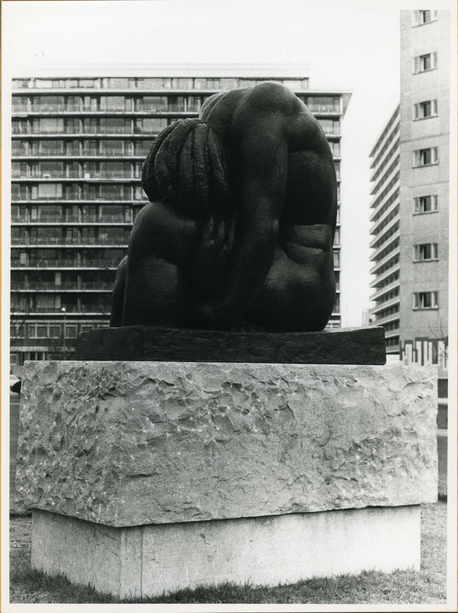 Gent: Verenigde Natieslaan: Standbeeld, 1979