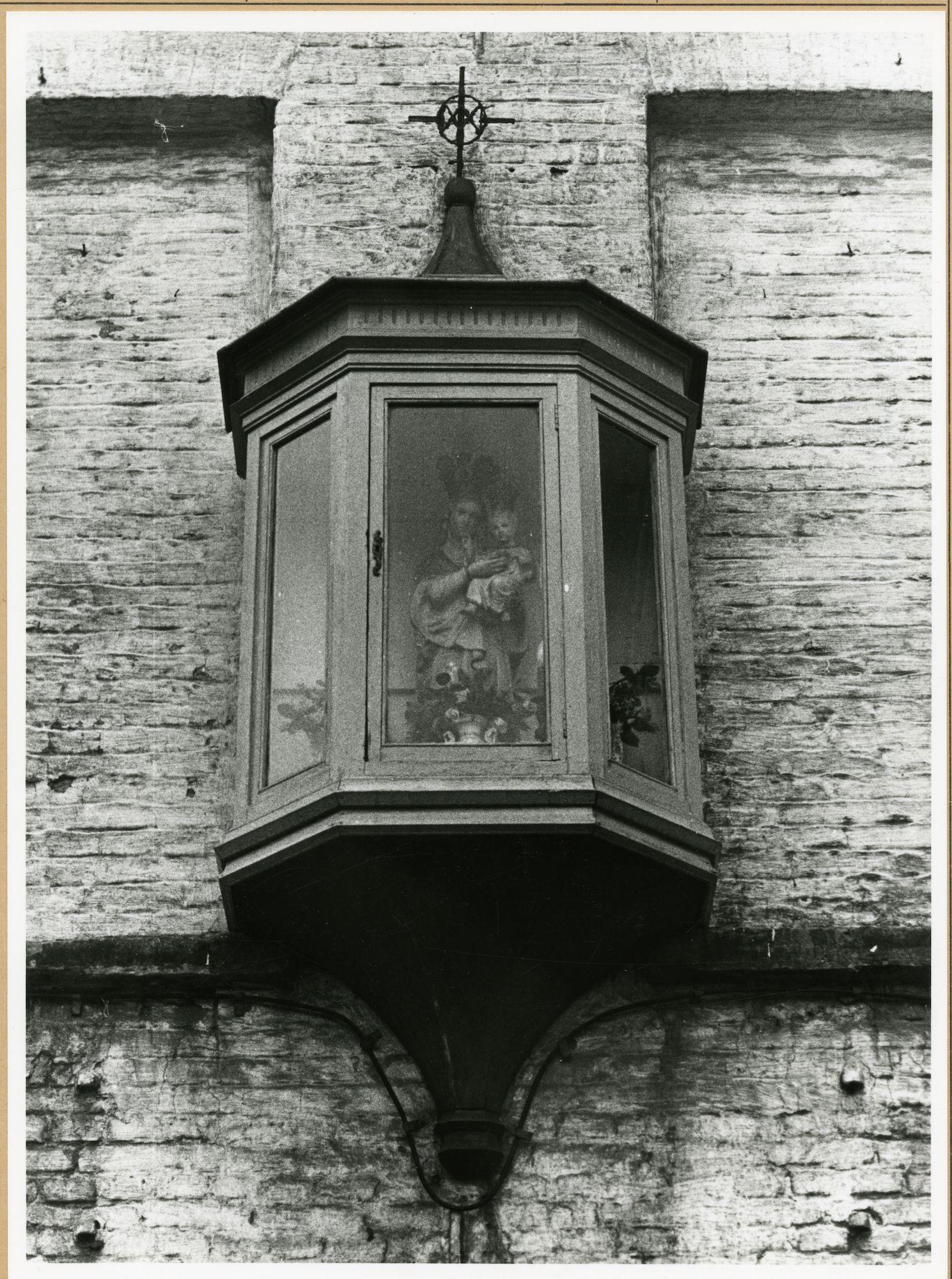 Gent: Doornsteeg 38: gevelkapel: Maria met kind