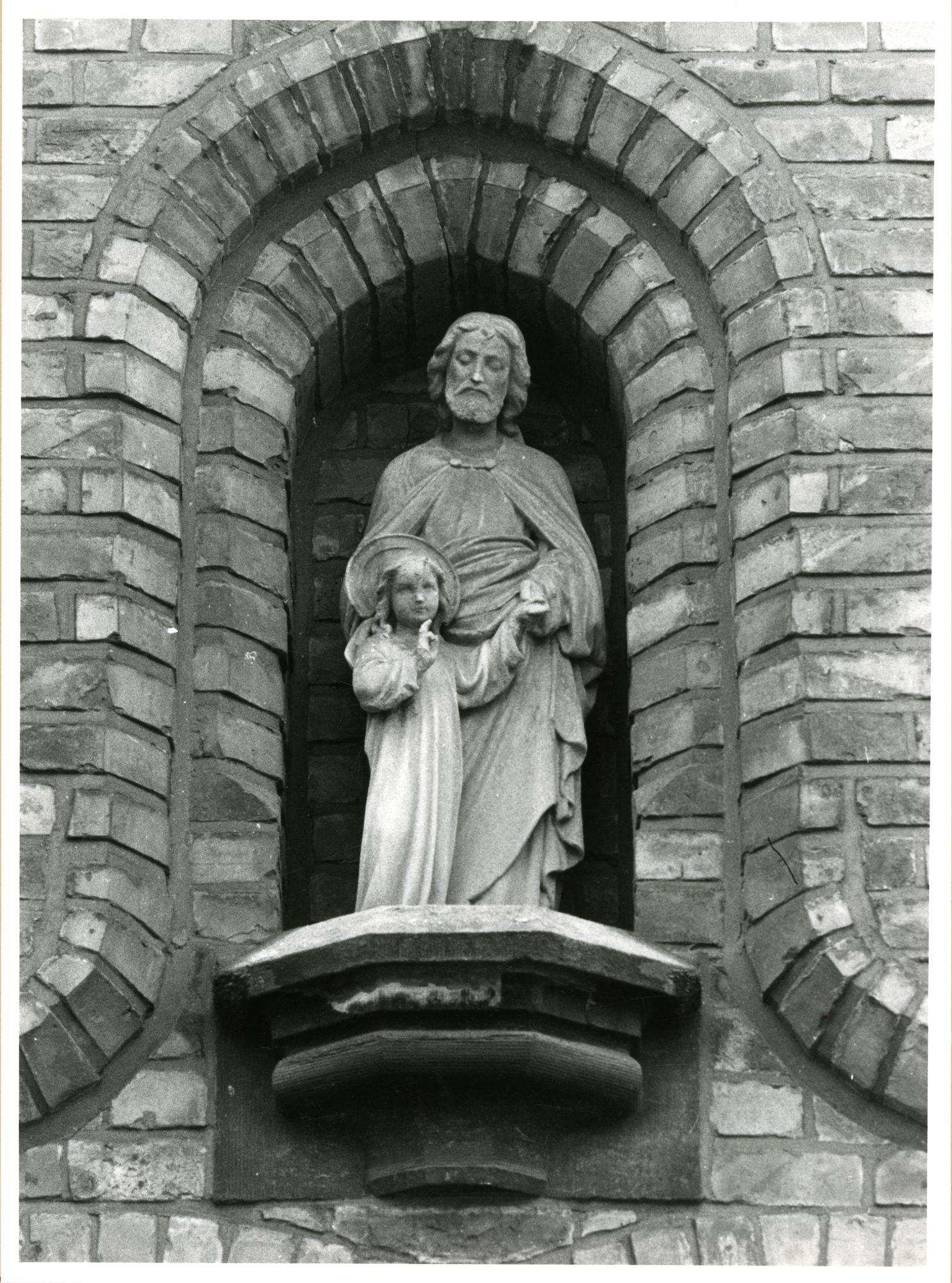 Gent: Benardstraat: Crombeeninstituut: nis met beeld: Heilige Jozef met kind Jezus
